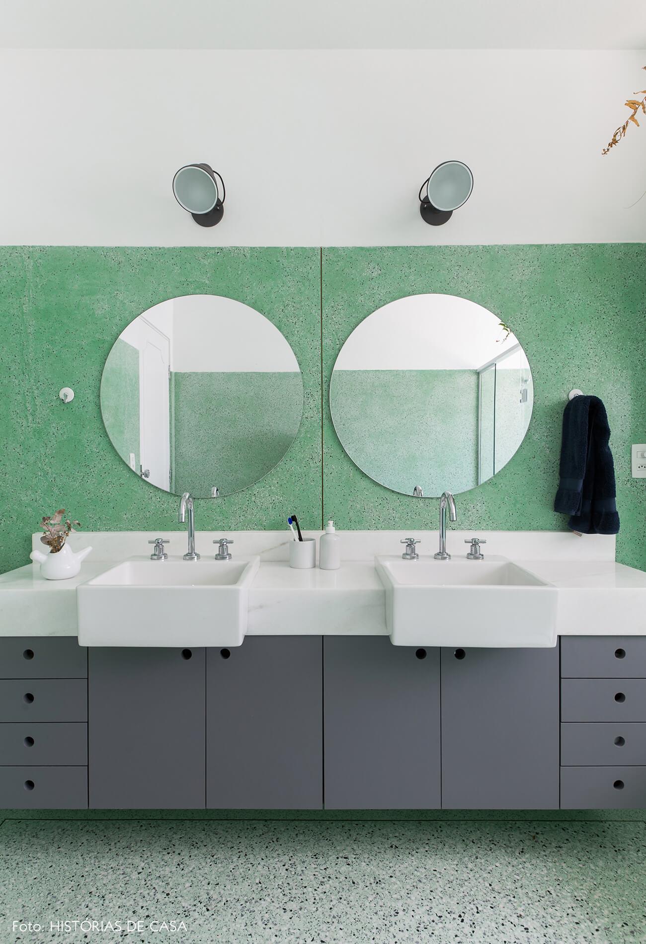 Banheiro com piso e paredes de granilite verde, green terrazzo