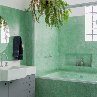Banheiro com piso e paredes de granilite verde