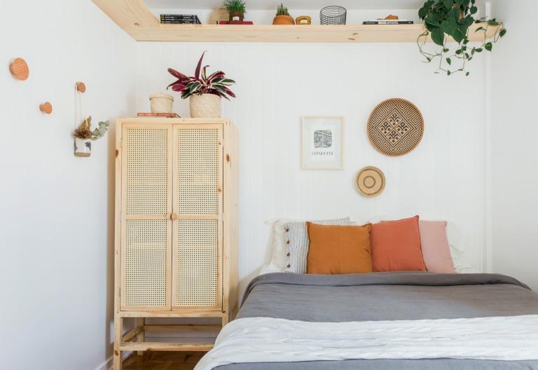 Quarto com painel de lambri e armário de palhinha