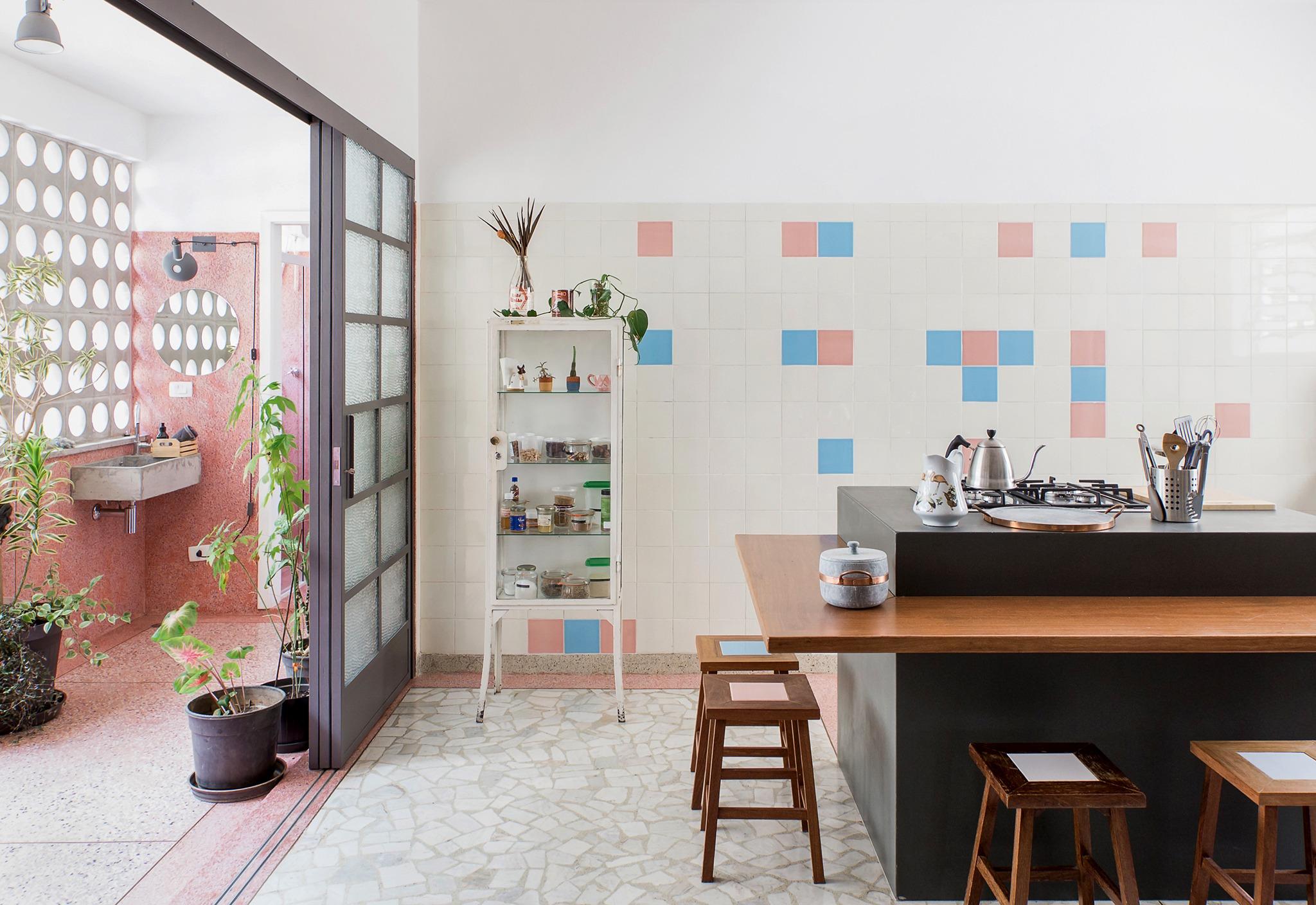 Cozinha antiga reformada com piso de granilite e azulejos vintage
