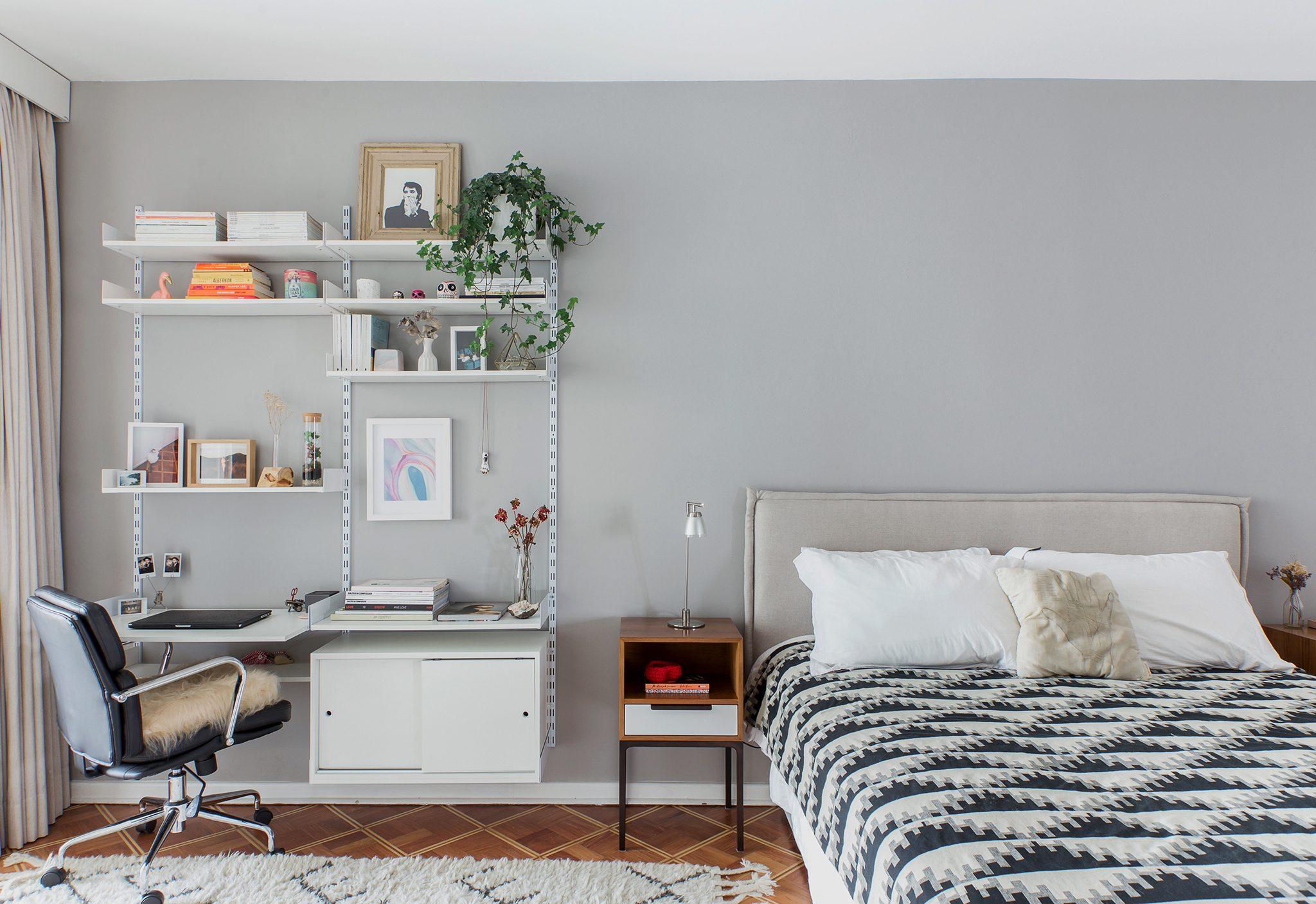 Quarto com home office e parede cinza