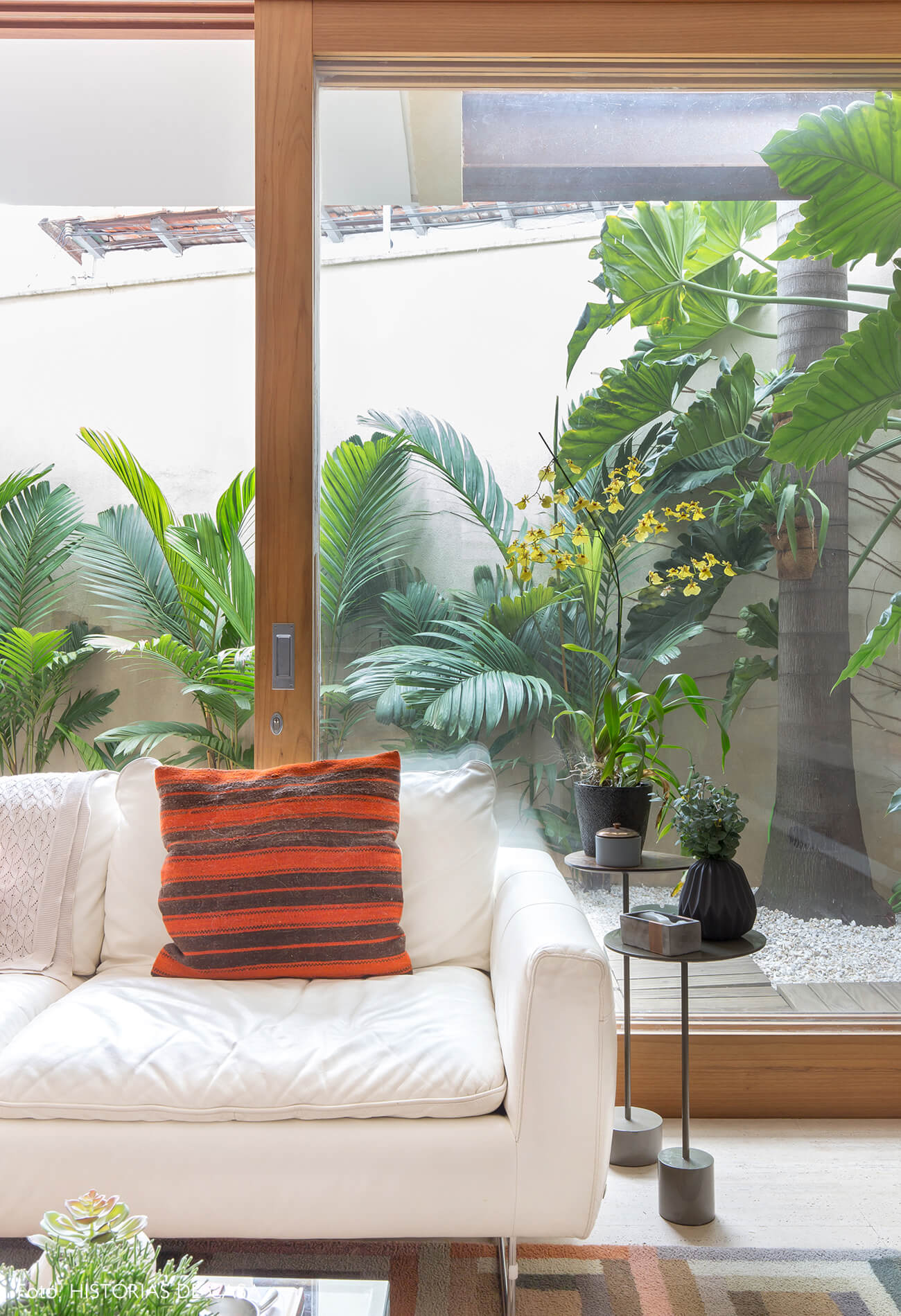 Casa com jardim e esquadrias de madeira