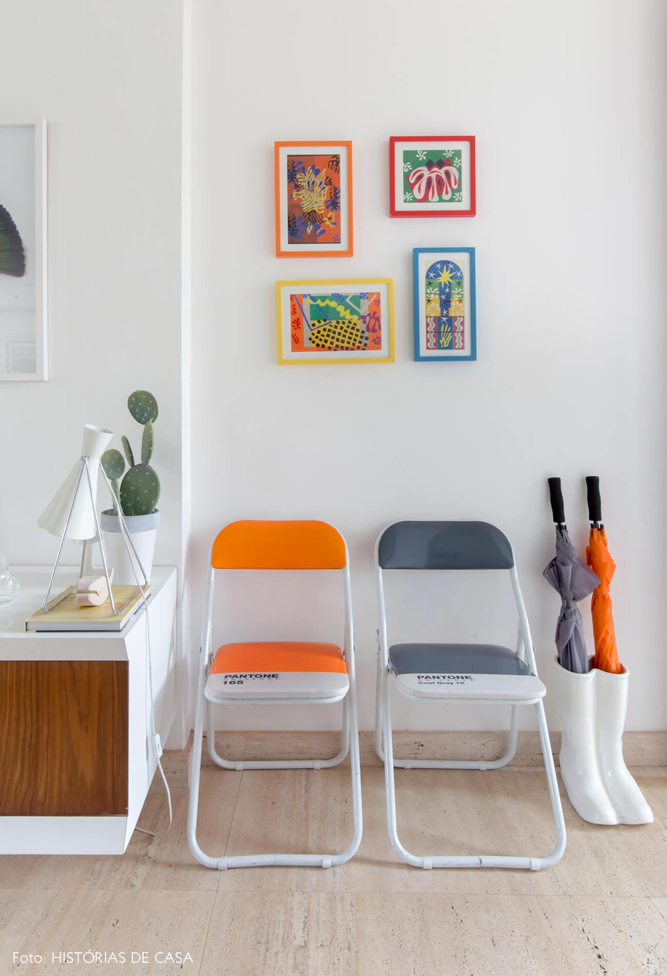 Casa com piso de mármore e cadeiras Pantone coloridas