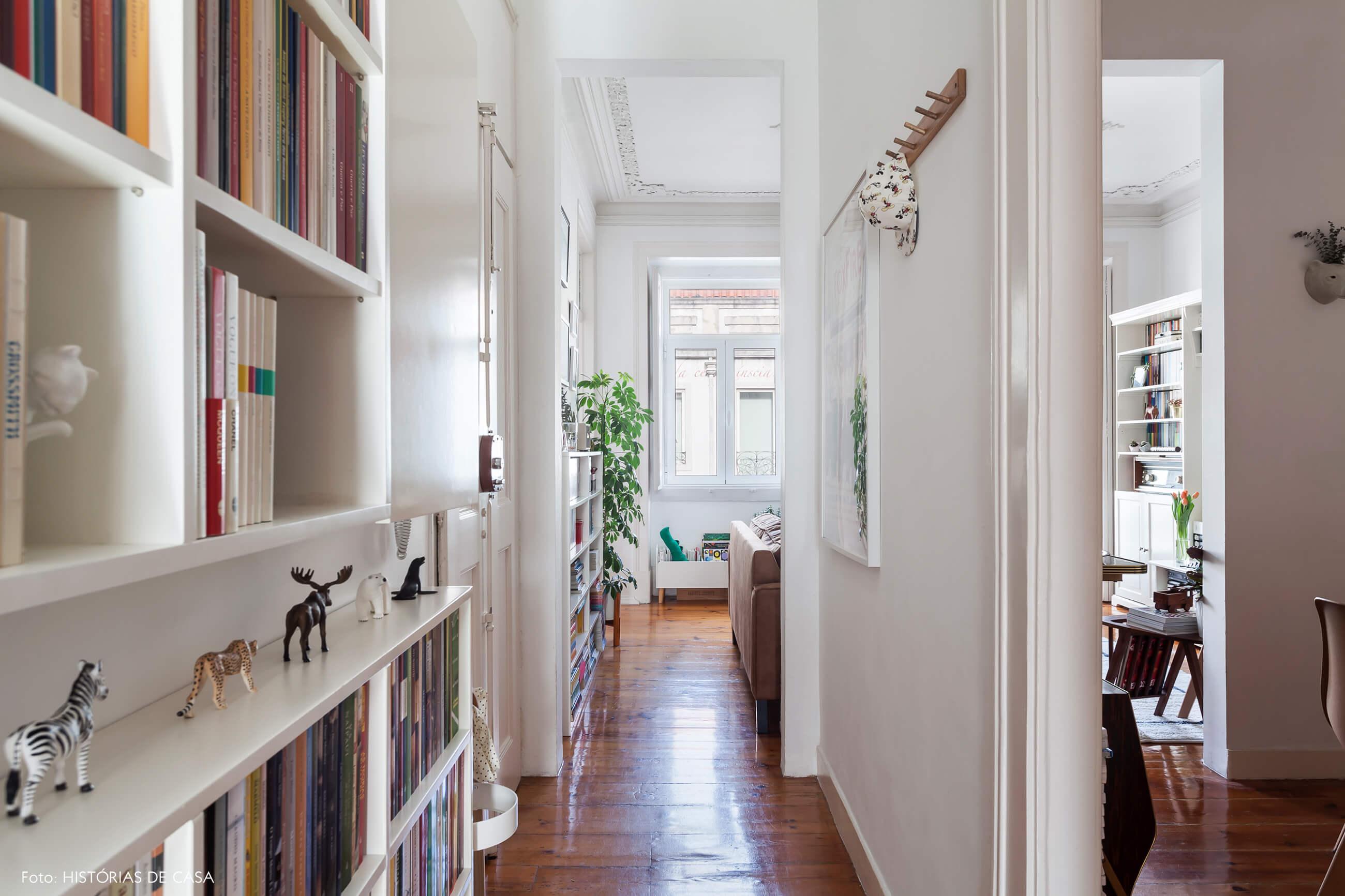 Apartamento em Portugal, corredor de entrada com estantes verticais
