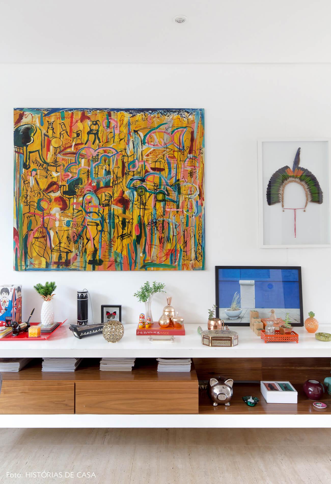 Casa com decoração colorida e sala integrada ao jardim