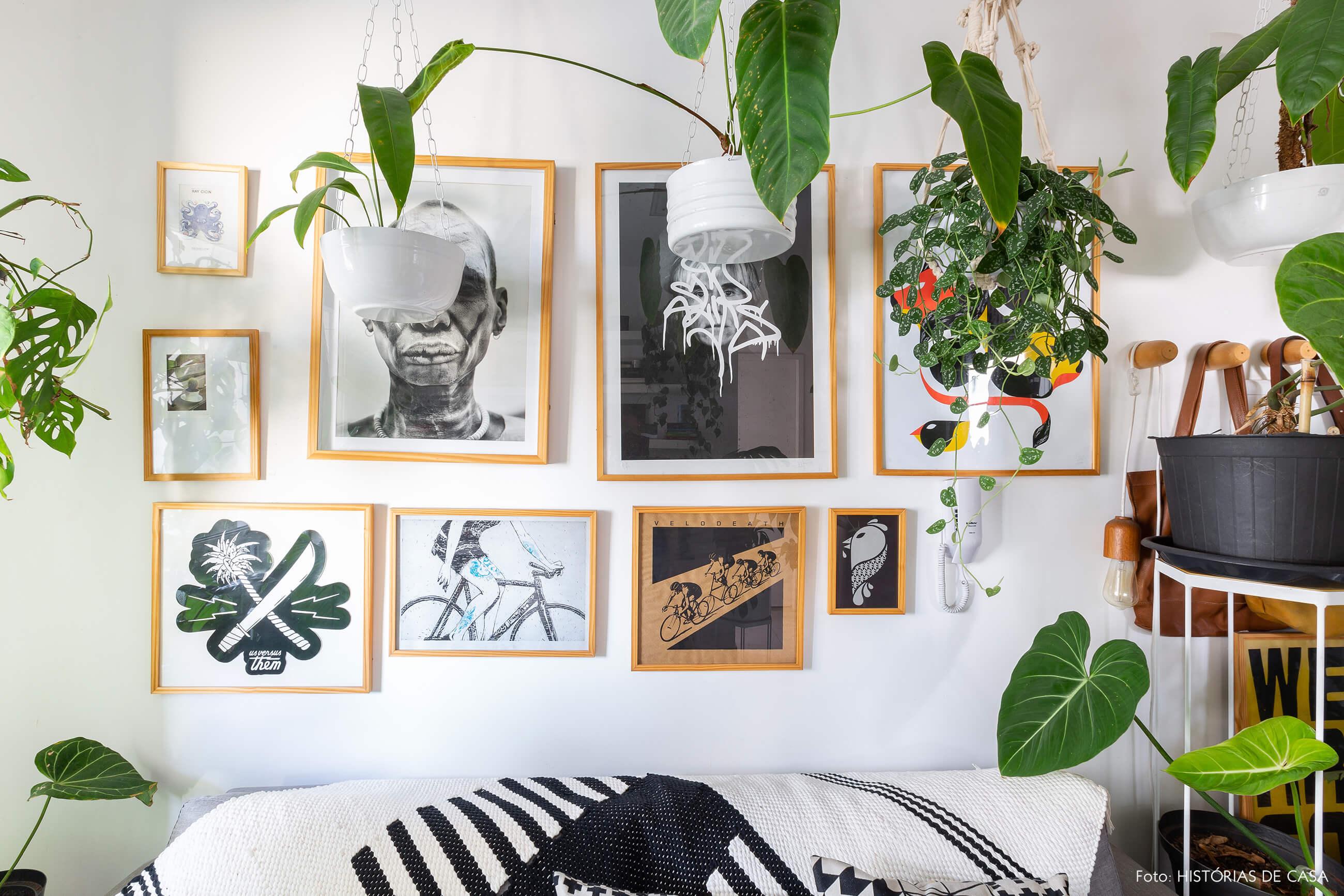 Apartamento pequeno com muitas plantas e parede de quadros