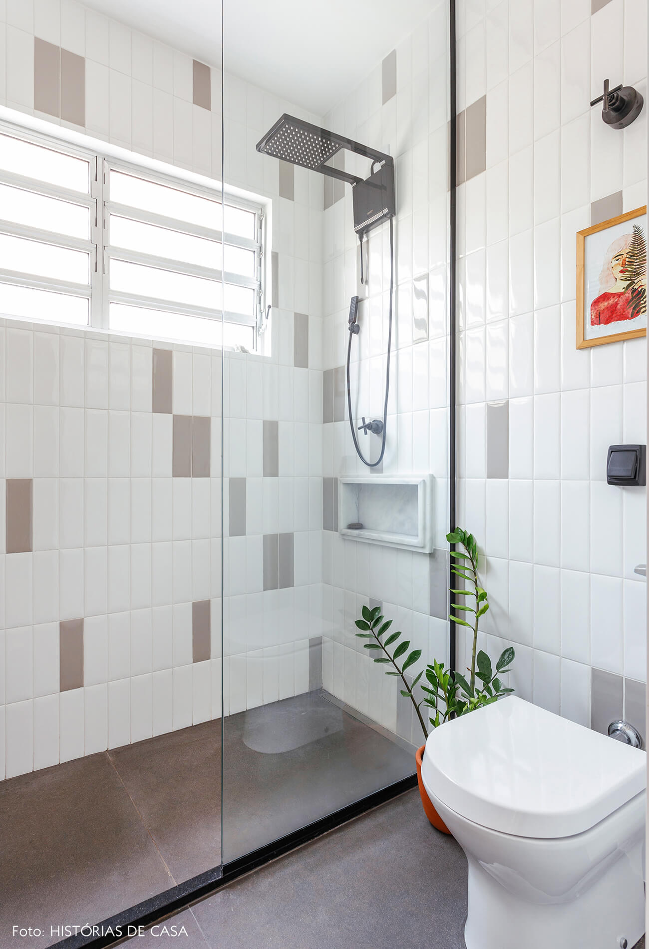 Antes e depois reforma de banheiro, novos revestimentos, subway tile cinza e branco