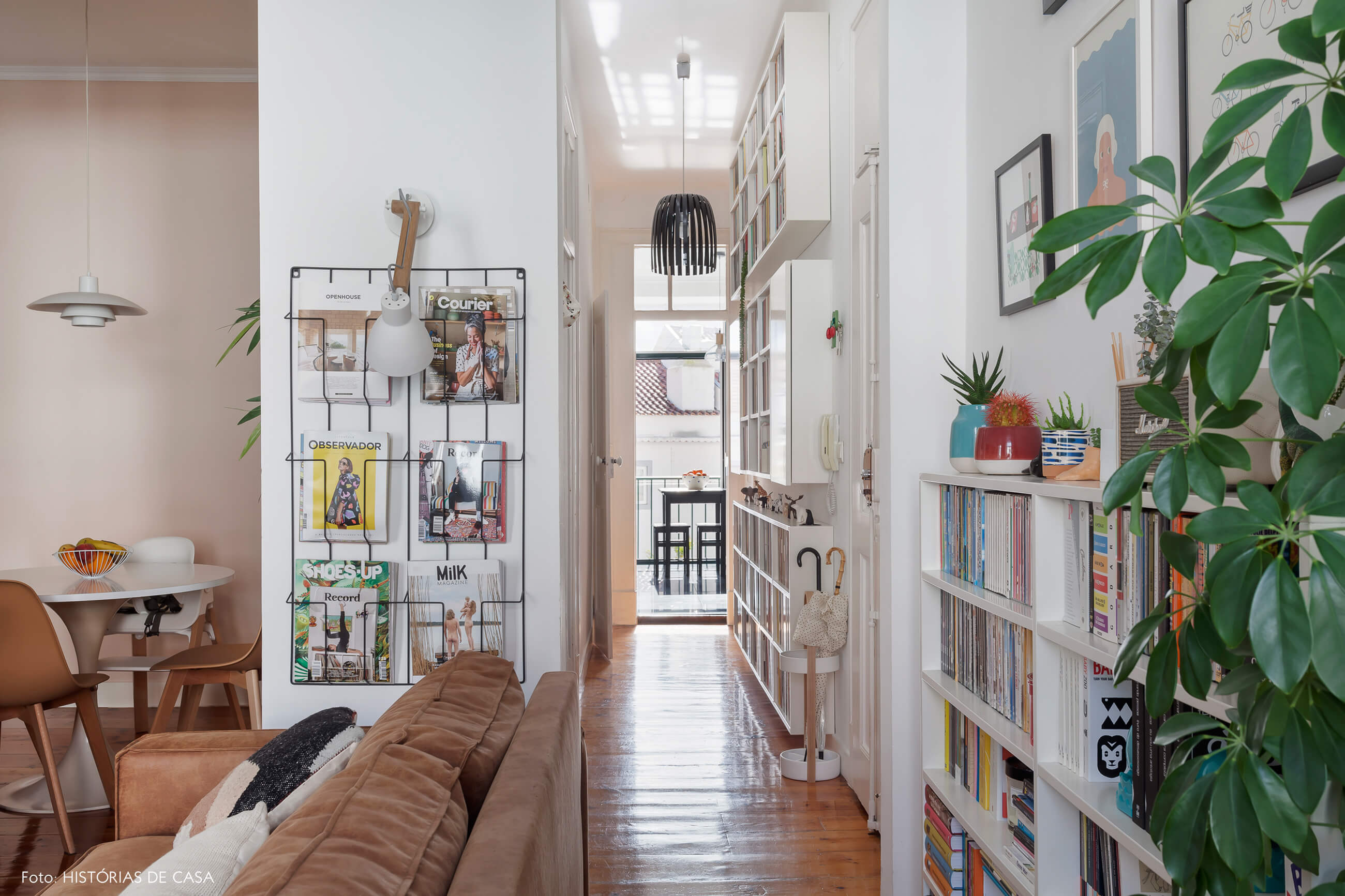 Apartamento em Portugal, corredor de entrada com muitas estantes