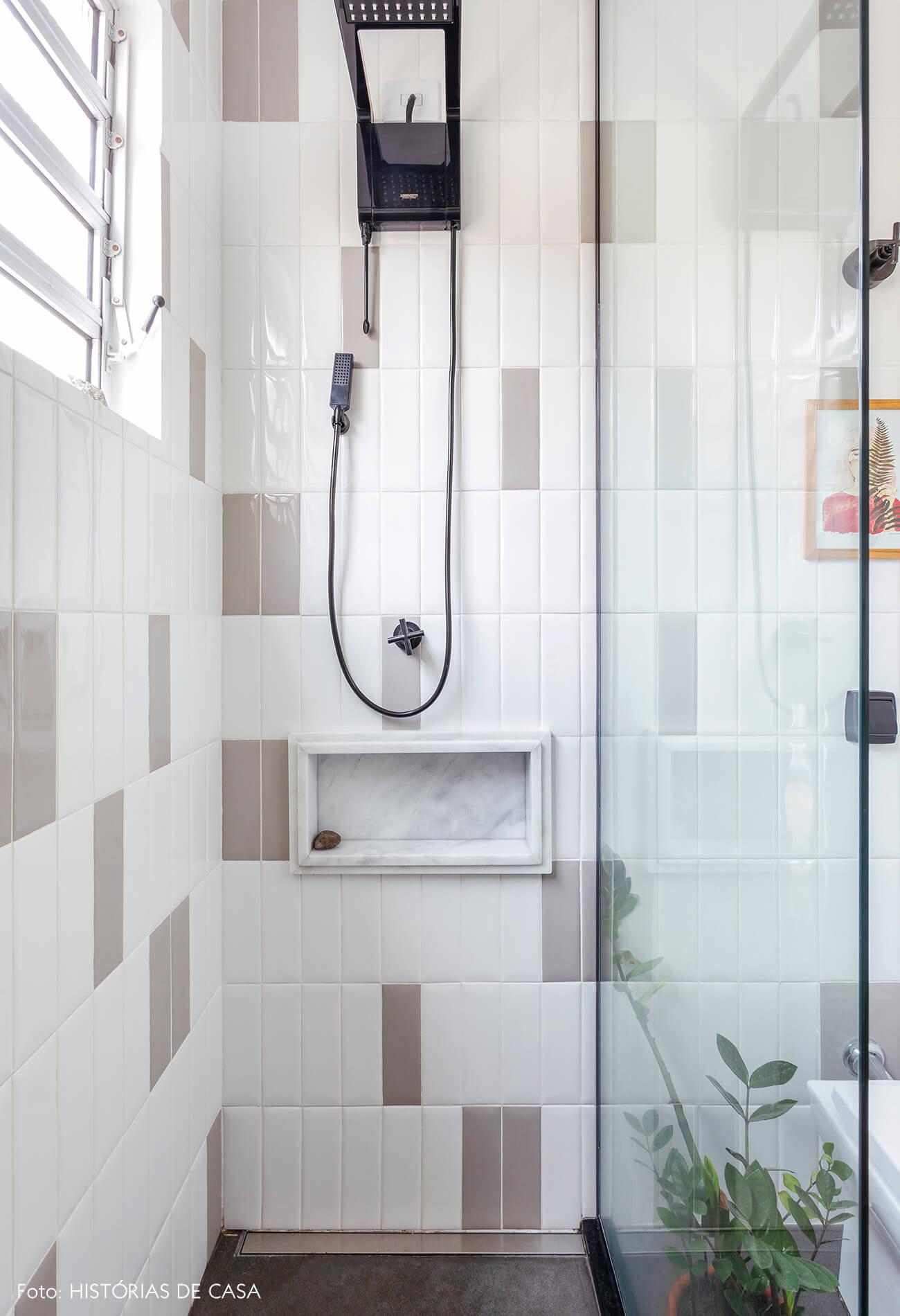 Antes e depois reforma de banheiro, novos revestimentos, subway tile cinza e branco aplicado na vertical