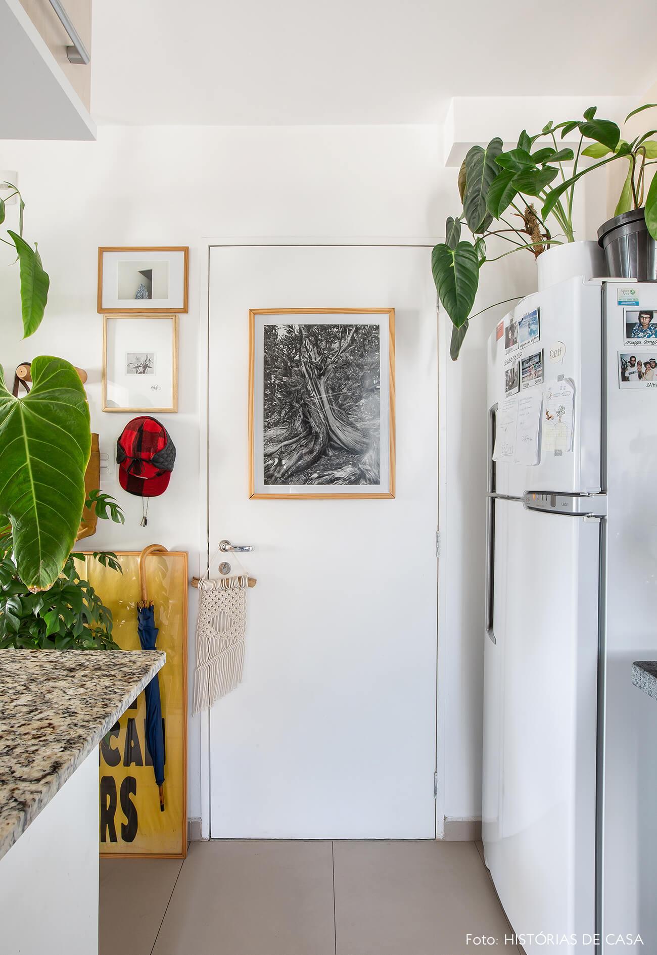 Apartamento pequeno com muitas plantas e cozinha integrada