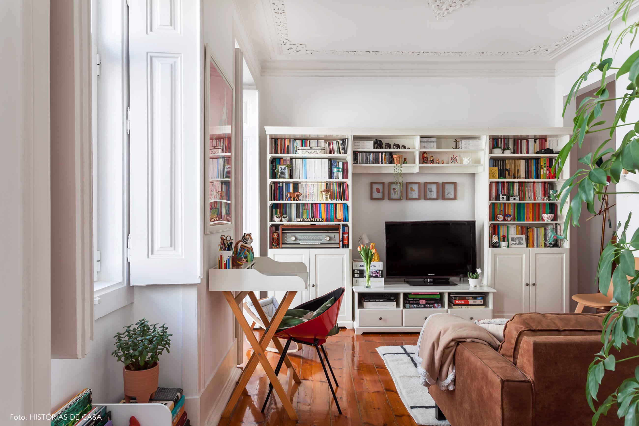 Apartamento em Portugal, sala com estantes ao redor da televisão