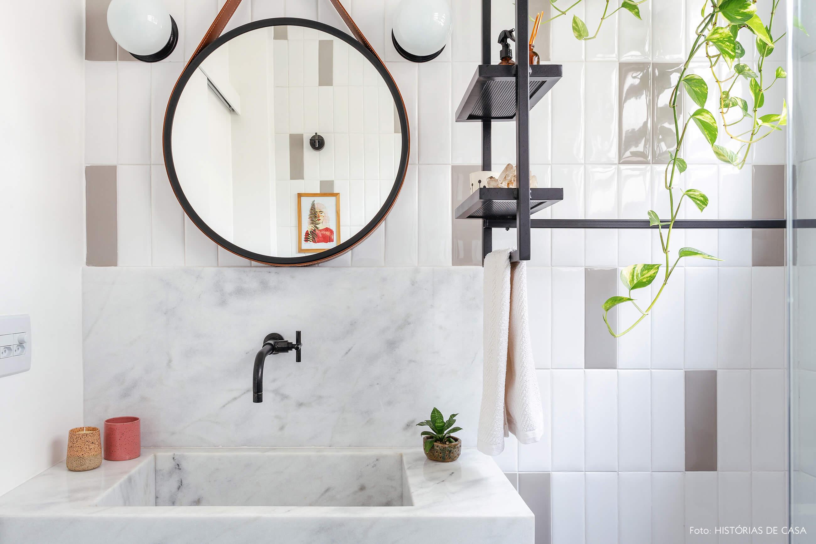 Antes e depois reforma de banheiro, novos revestimentos e espelho redondo