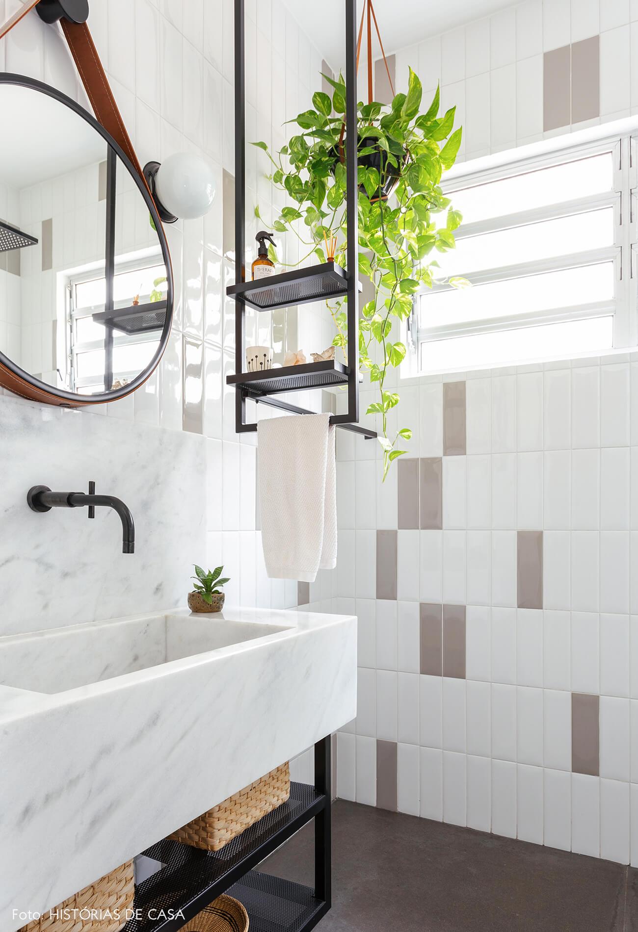 Antes e depois reforma de banheiro, novos revestimentos e detalhe em serralheria preta