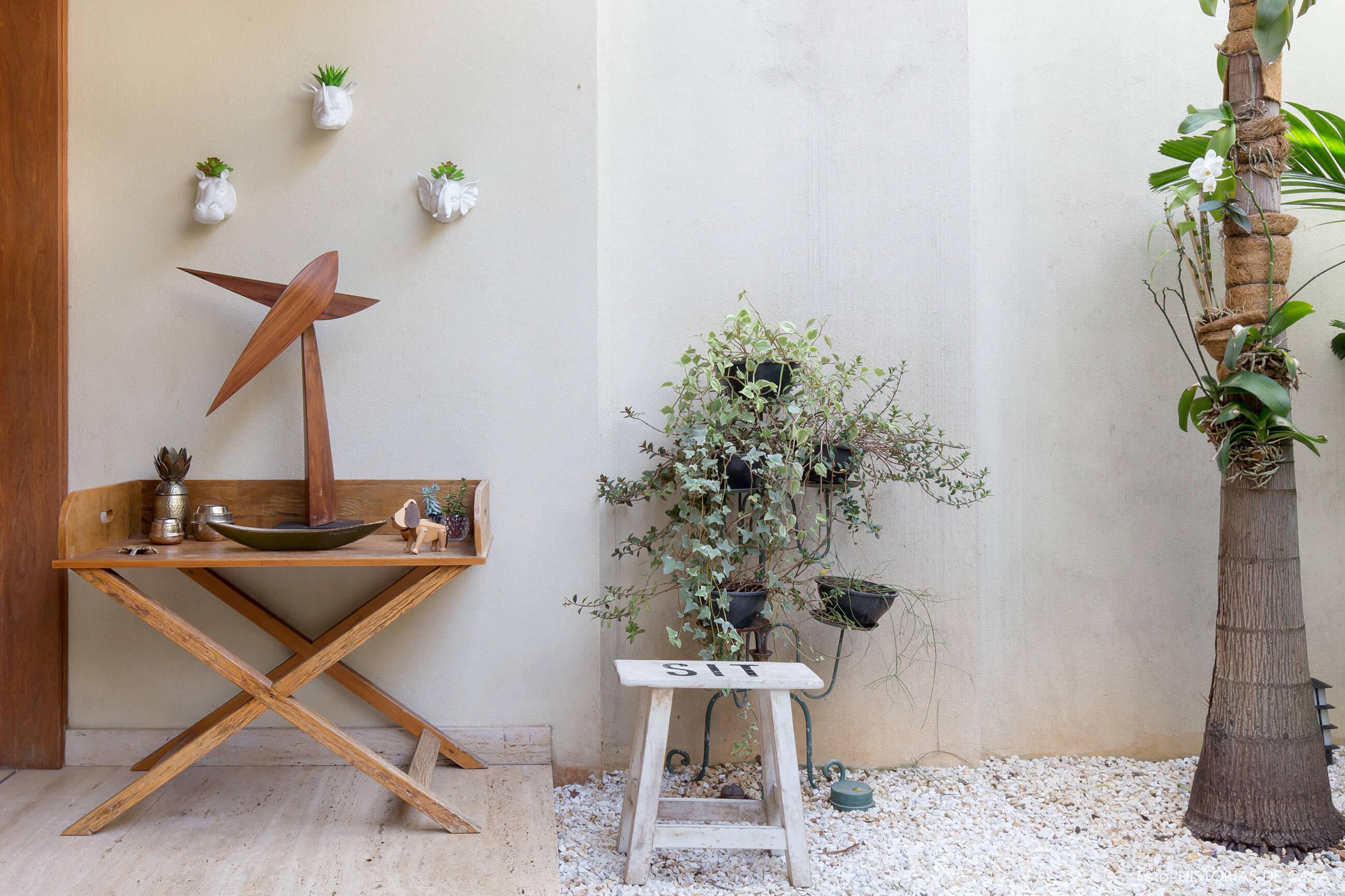 Casa com jardim e piso de seixos brancos