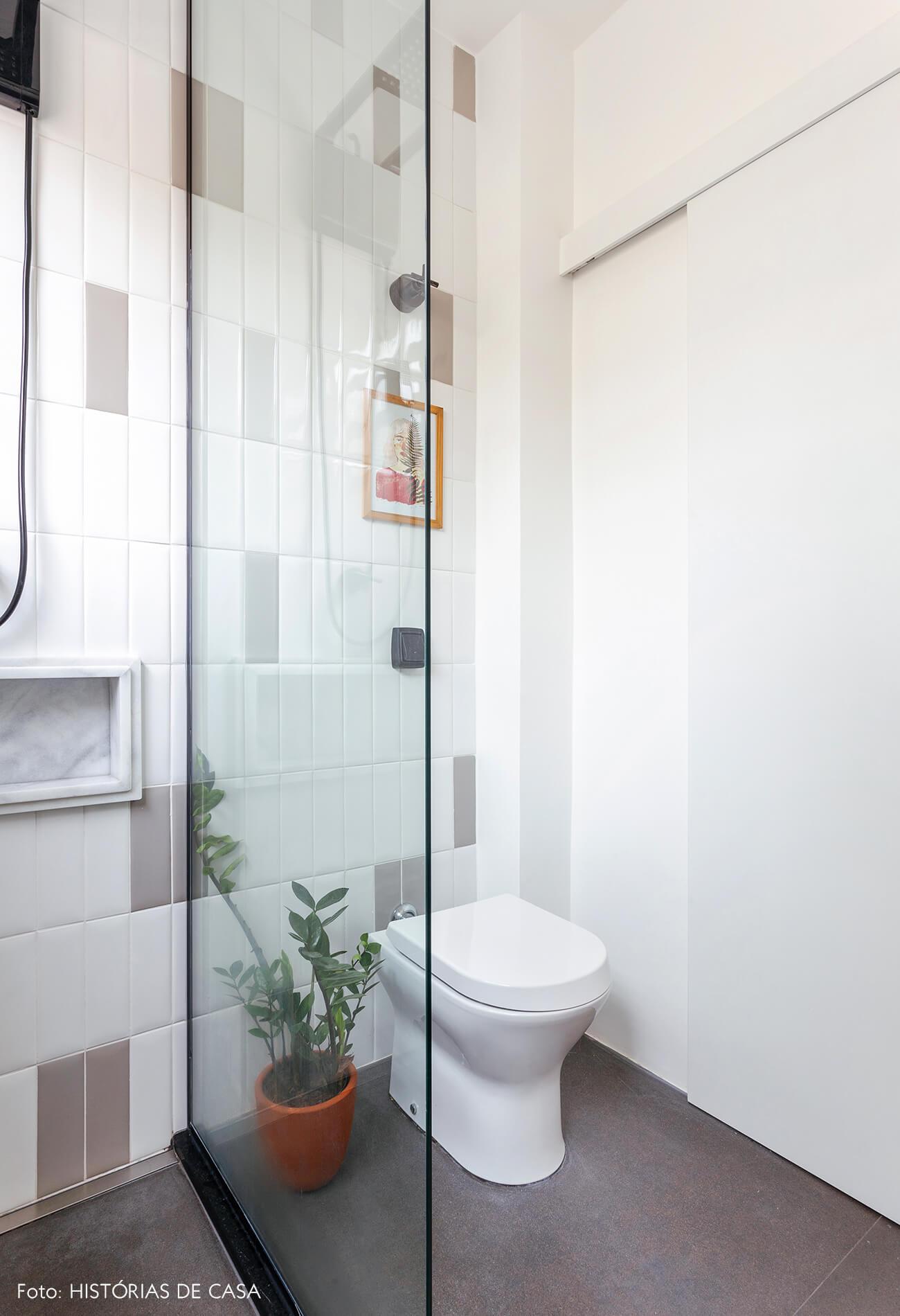 Antes e depois reforma de banheiro, novos revestimentos e porta de correr