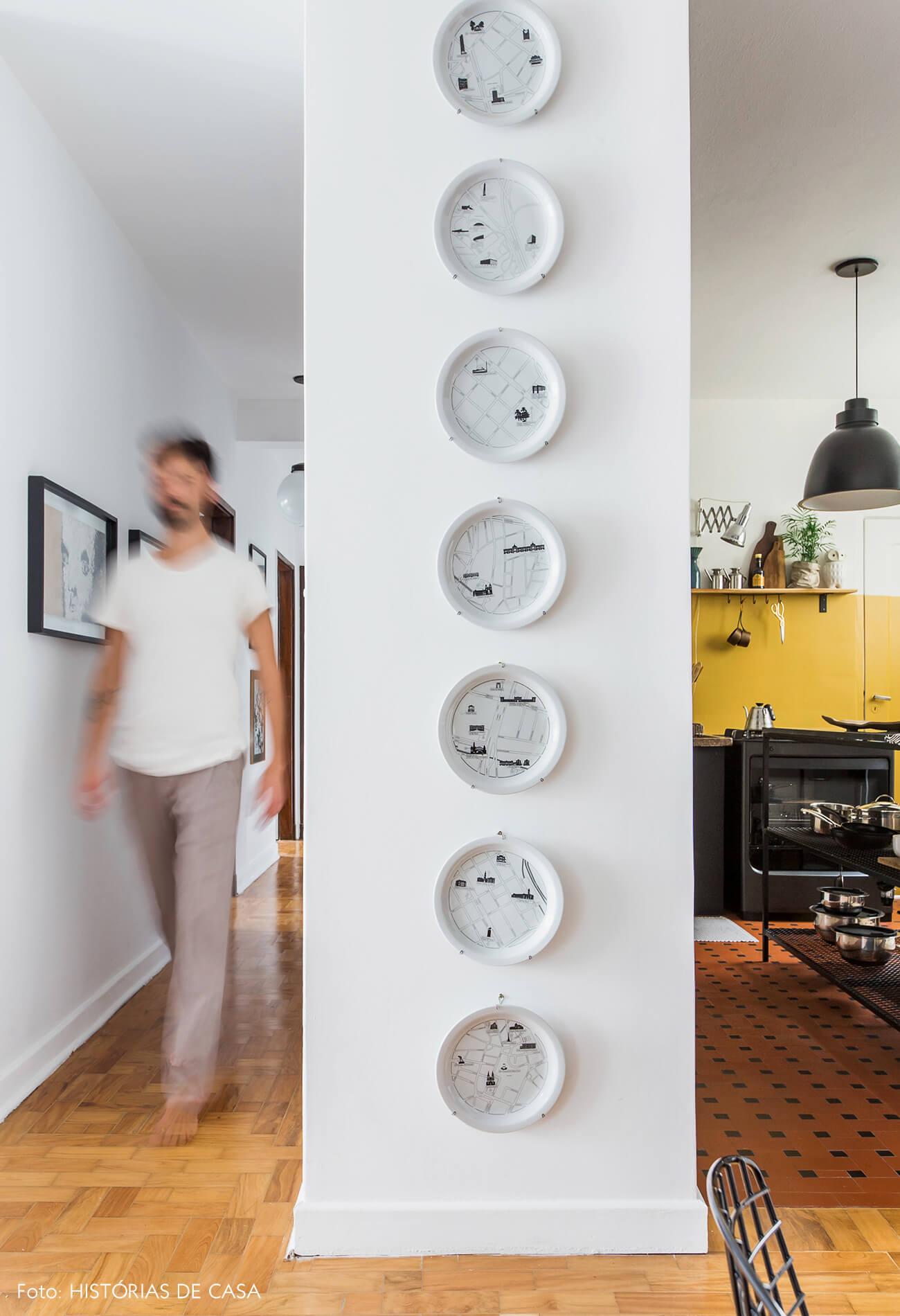 Apartamento com pratos de parede do Maurício Arruda