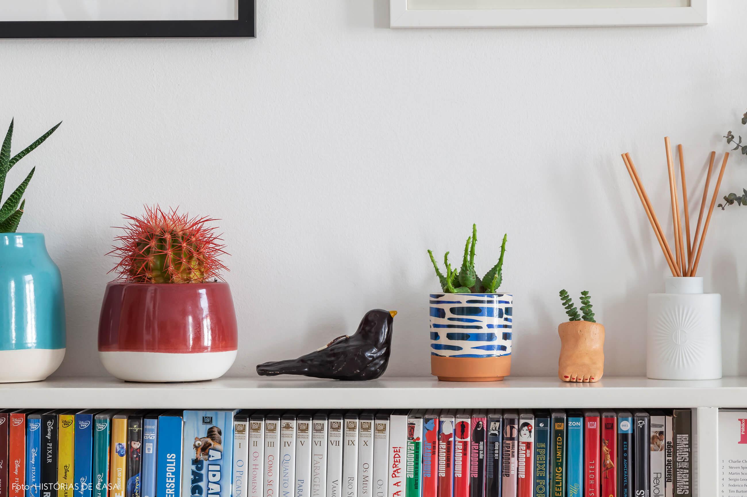 Apartamento em Portugal, decoração afetiva com coleção de vasos