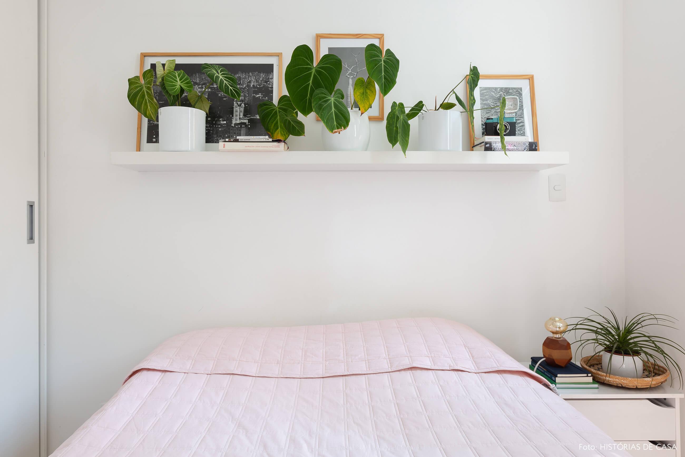 Apartamento pequeno com muitas plantas e quarto com prateleira no alto