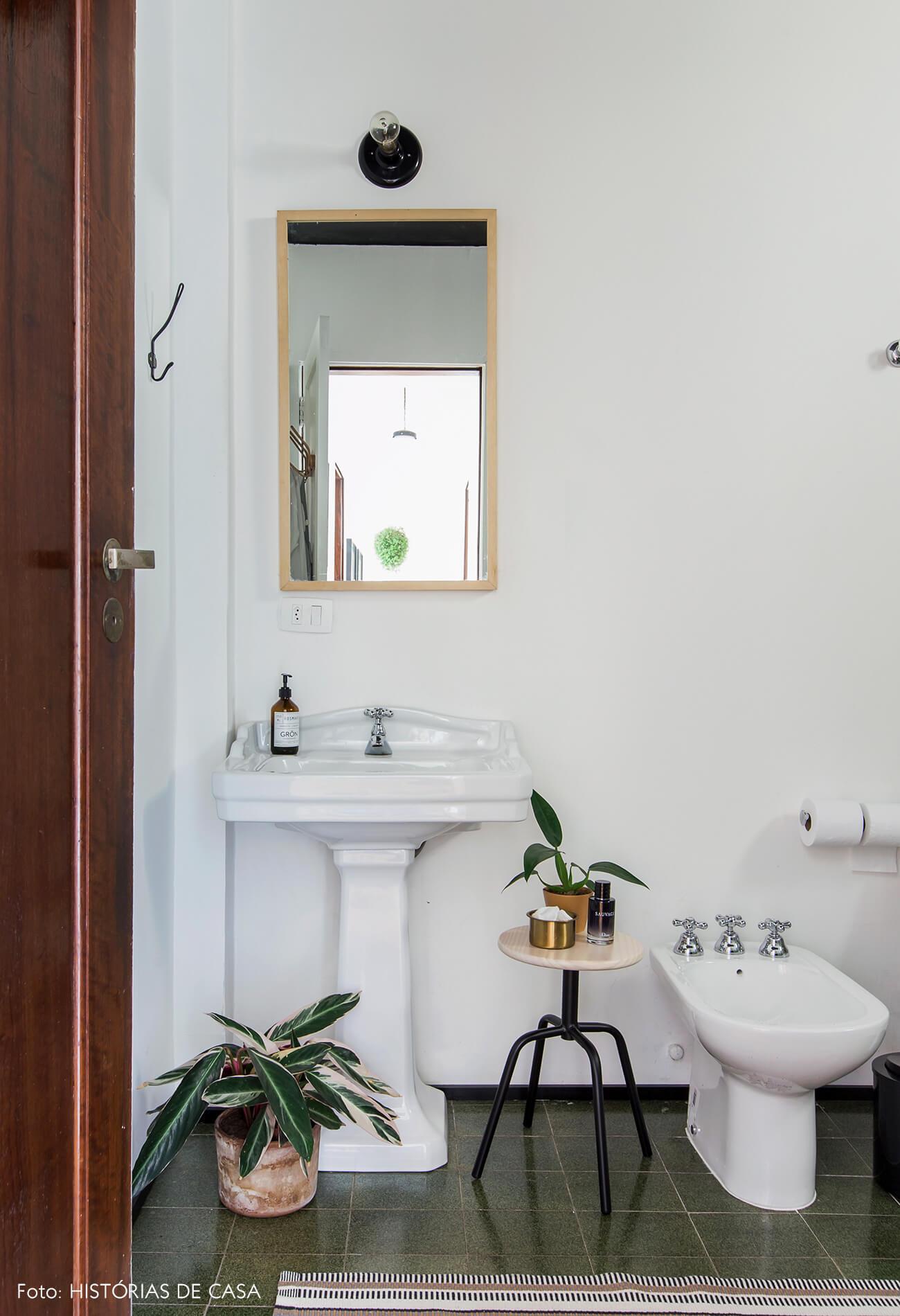 Banheiro com cuba retrô, teto pintado de preto e muitas plantas
