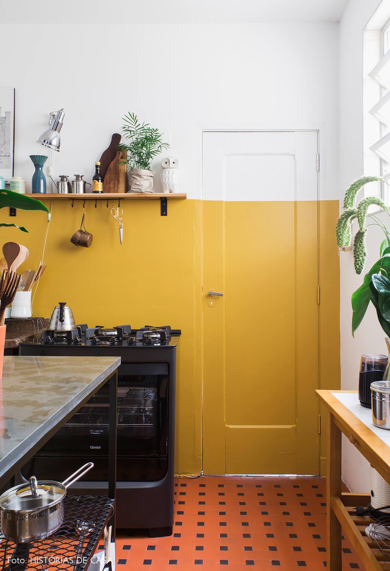 Cozinha reformada com porta colorida em apê alugado