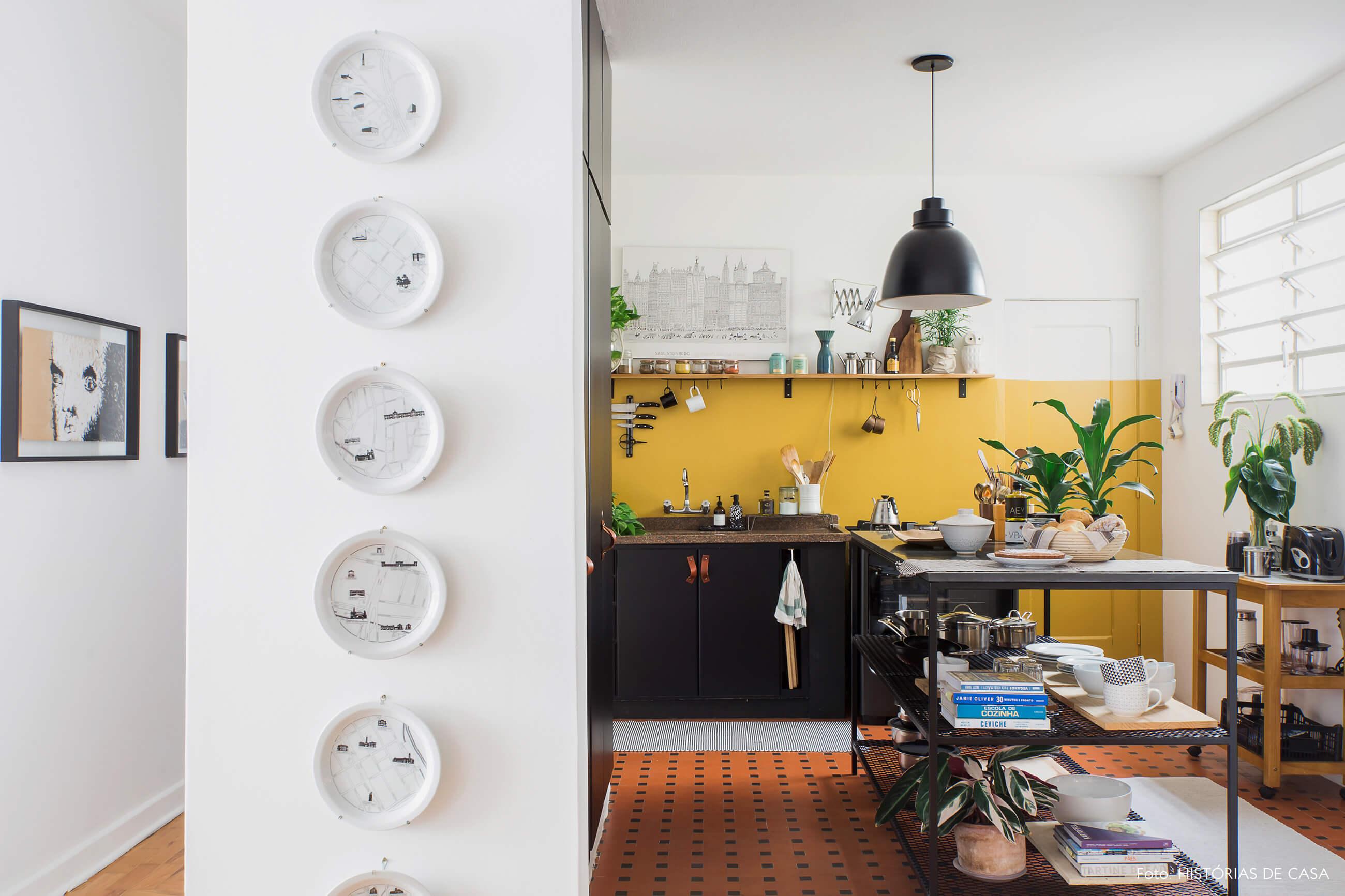 Apê alugado com cozinha de ar industrial e pratos de parede por Maurício Arruda