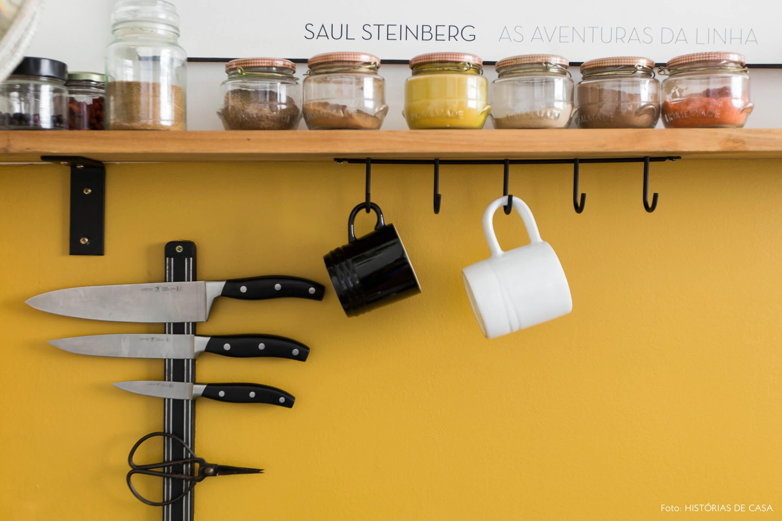 Apê alugado com cozinha de ar industrial, suporte de facas na parede