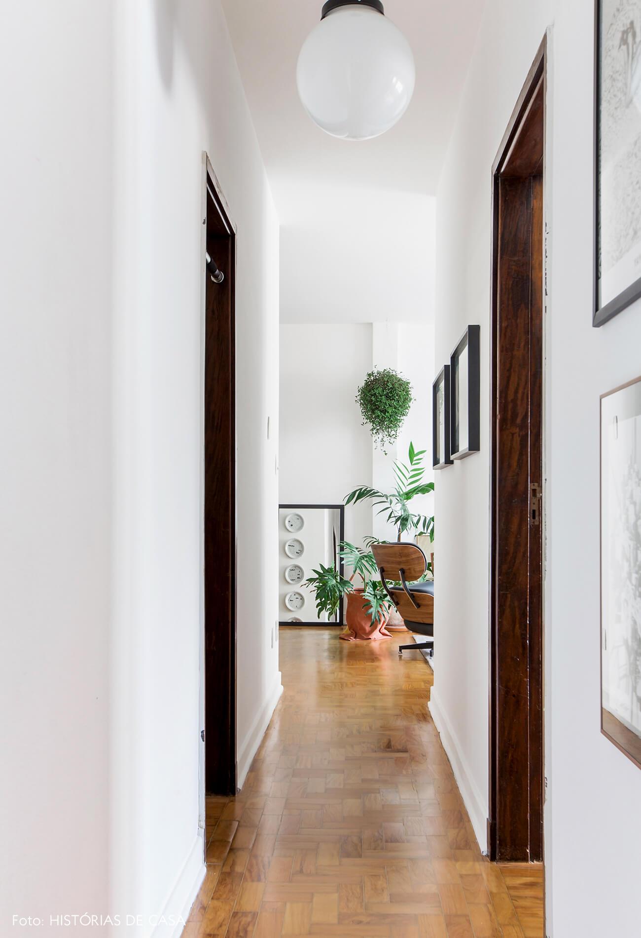Apê alugado com piso de tacos e paredes brancas
