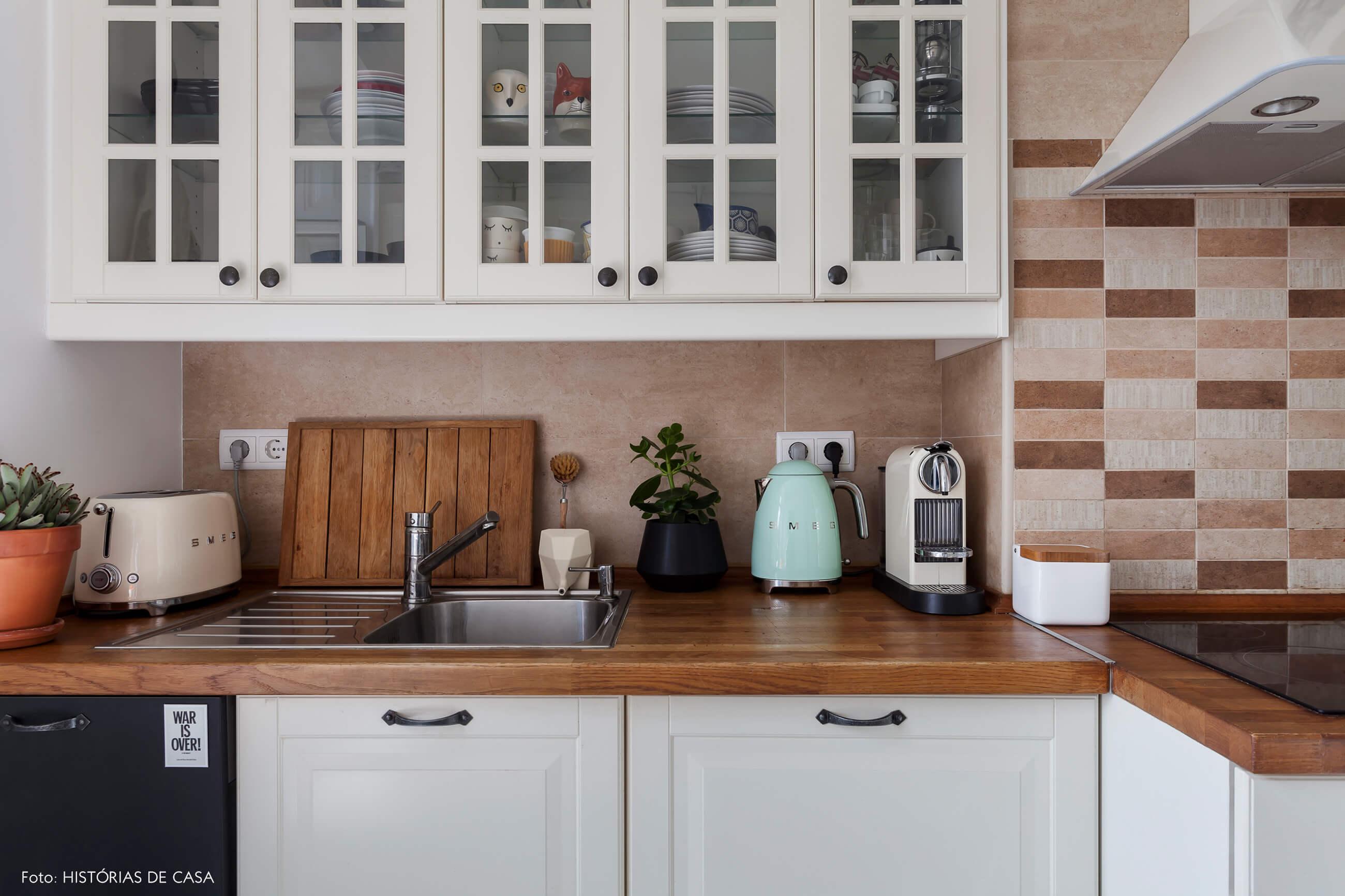 Cozinha com bancada de madeira e varanda