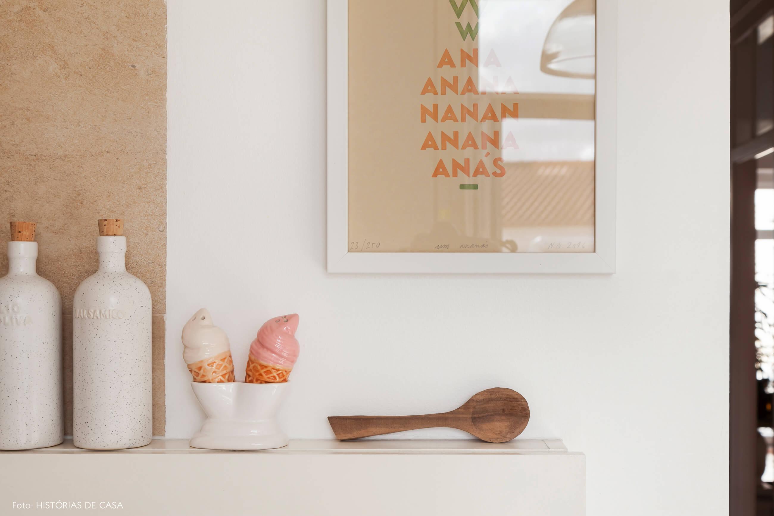 Cozinha com bancada de madeira e detalhes charmosos
