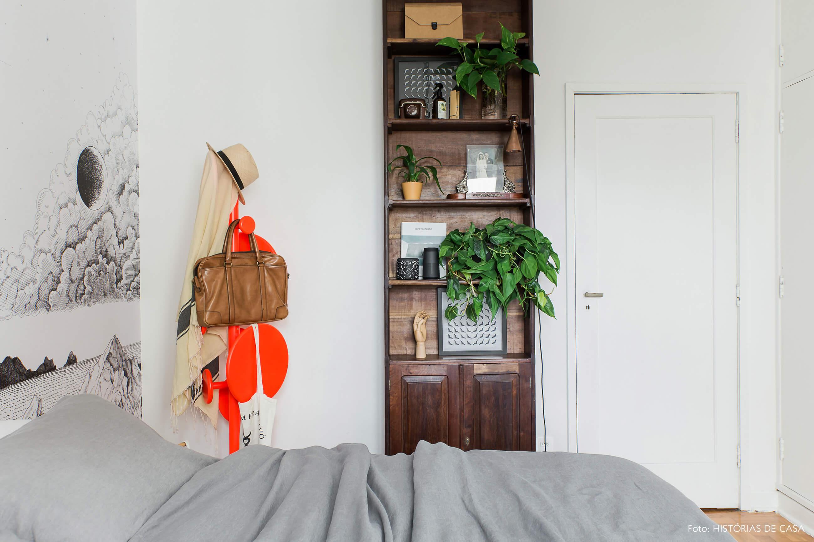 Quarto com estante vintage, plantas e cabideiro colorido