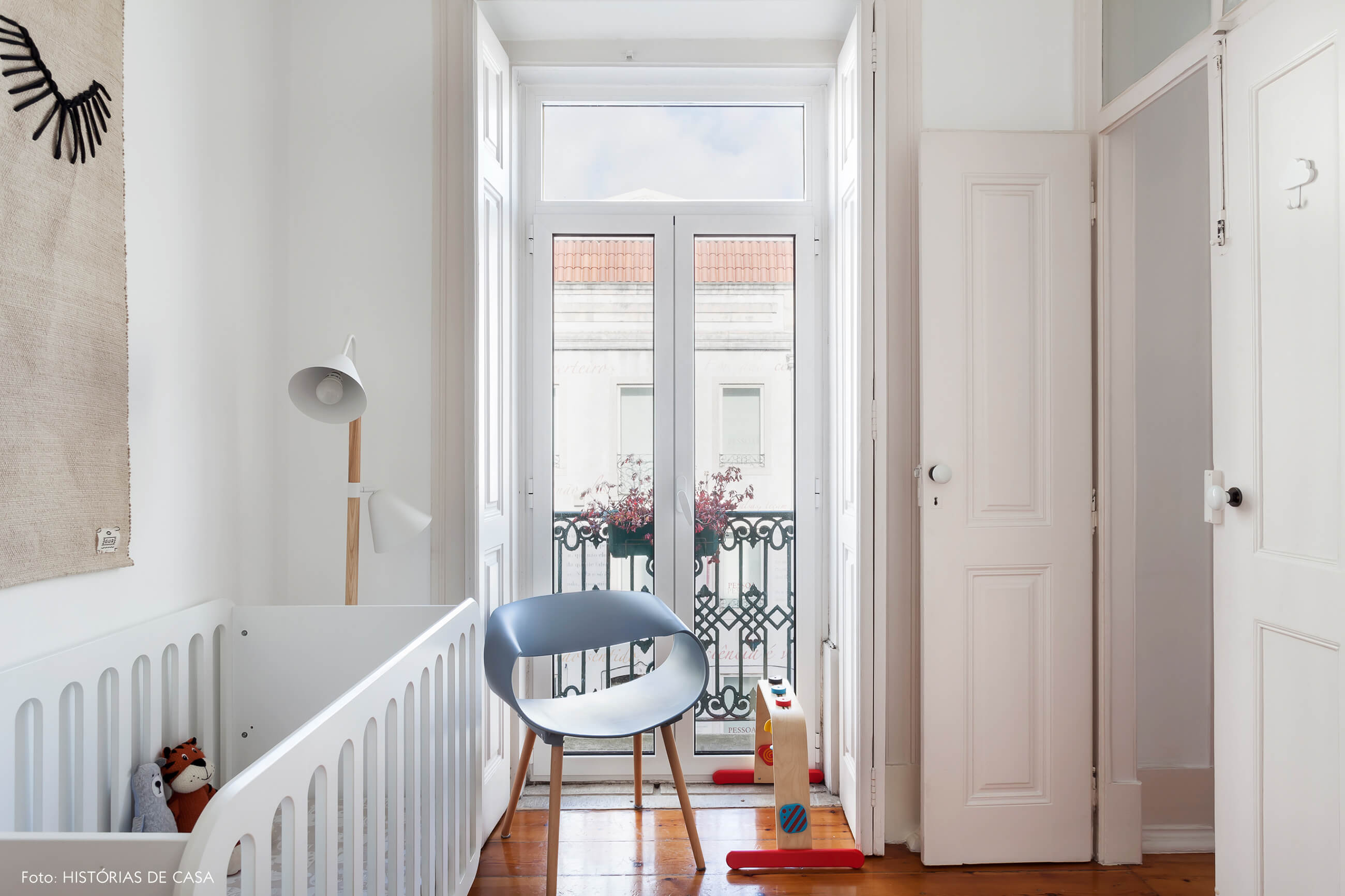 Quarto de bebê em um apartamento em Portugal