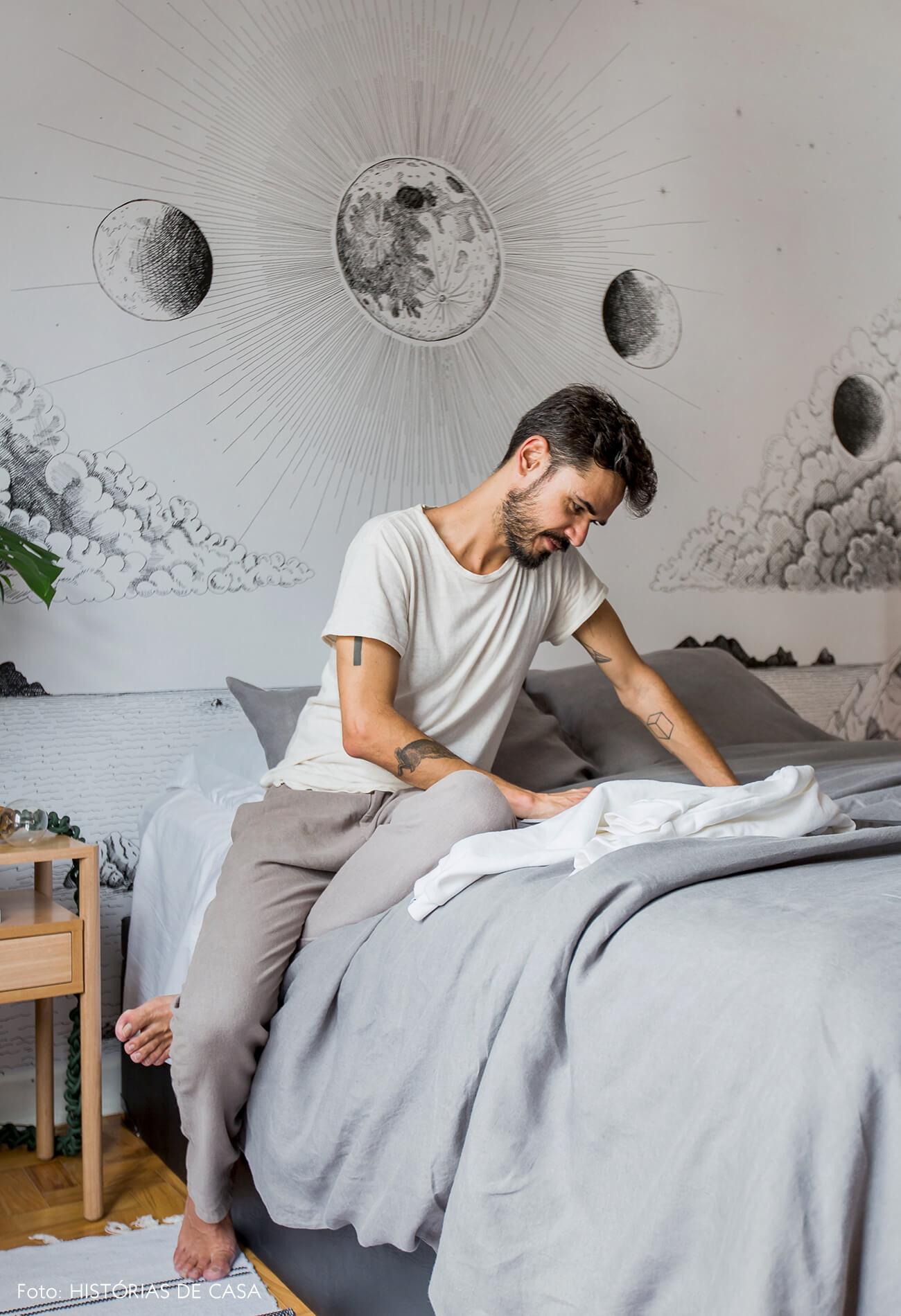 Quarto com roupa de cama de linho e papel de parede preto e branco