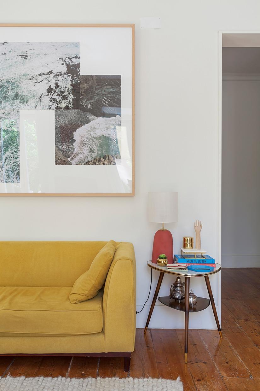 Sala com sofá mostarda