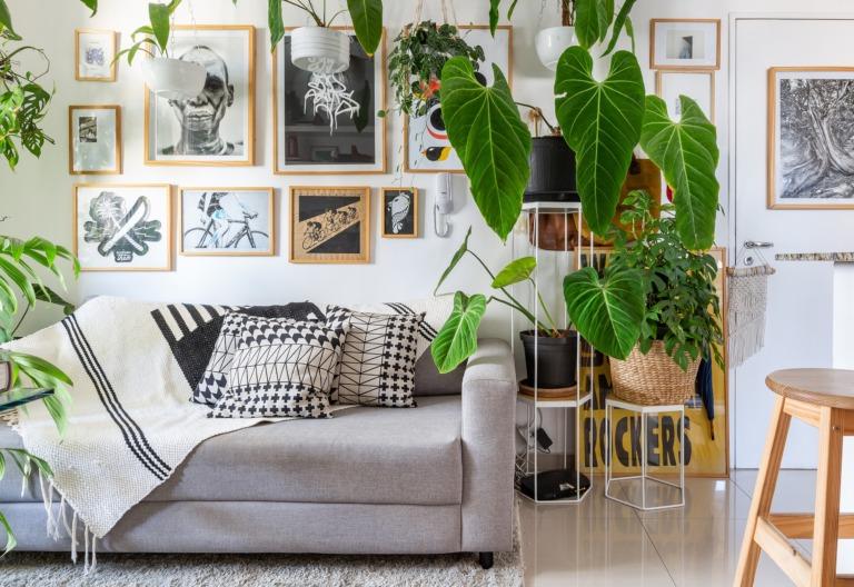 Apartamento pequeno com muitas plantas e estilo escandinavo