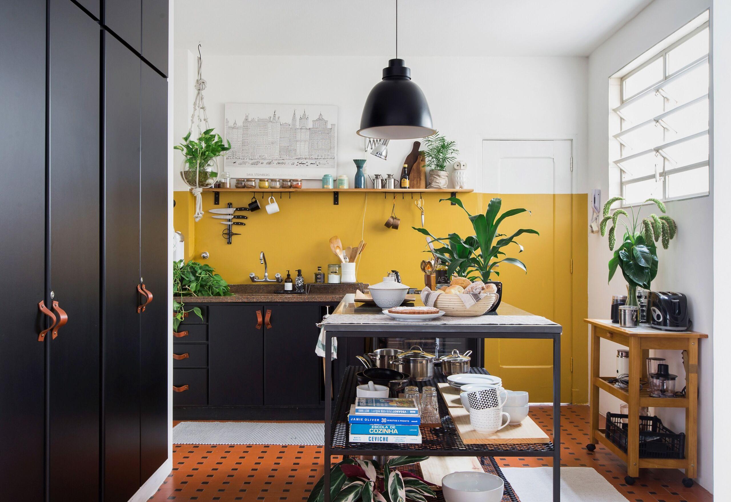 Cozinha reformada com parede mostarda em apê alugado