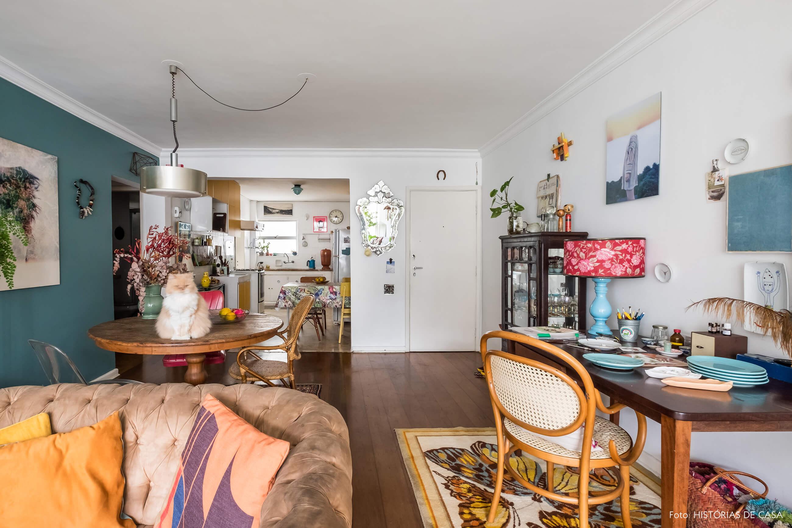 Apartamento com decoração vintage e relíquias garimpadas