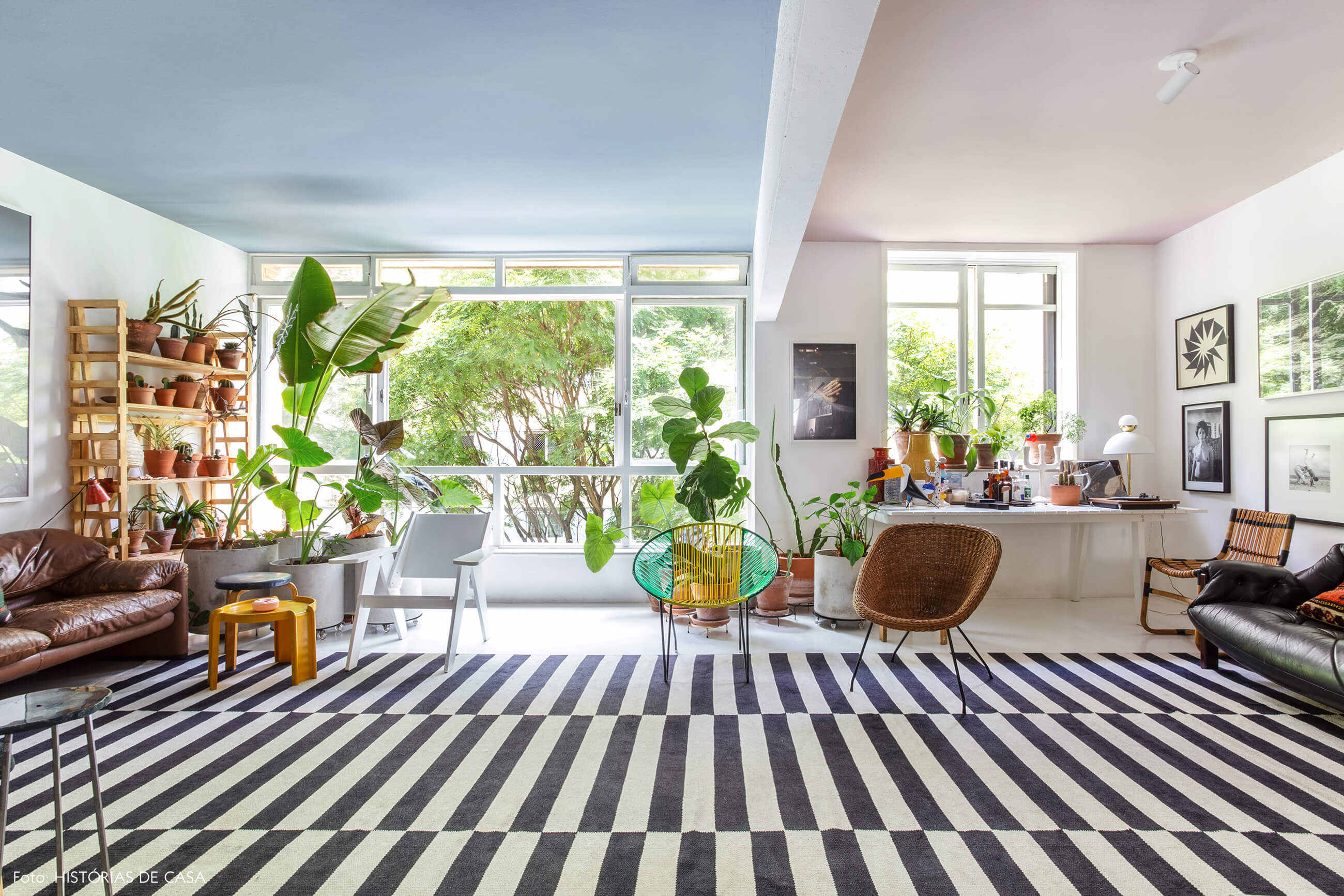 Apartamento do Maurício Arruda, sala integrada com teto colorido