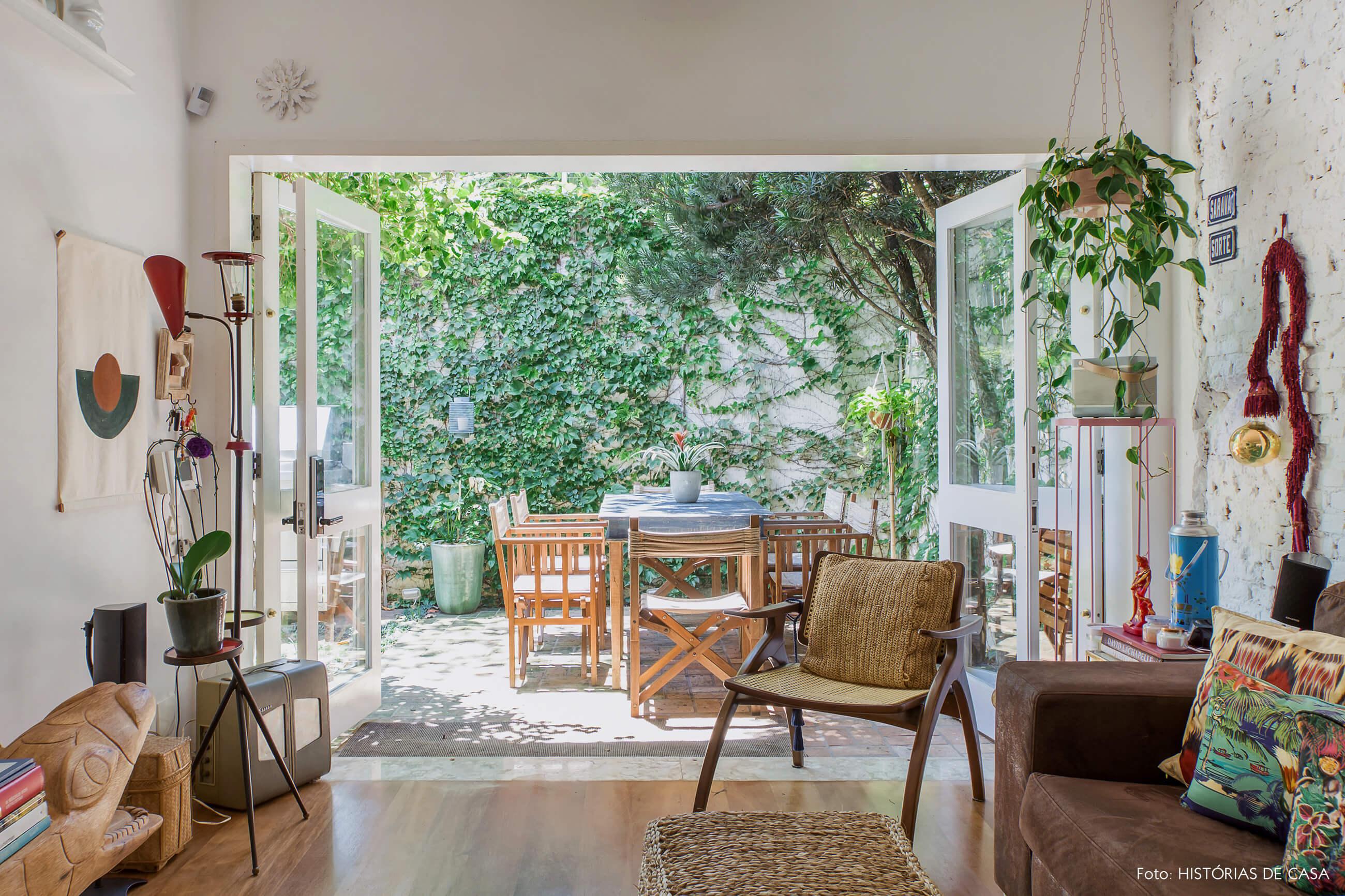 Casa com decoração eclética, plantas e texturas naturais