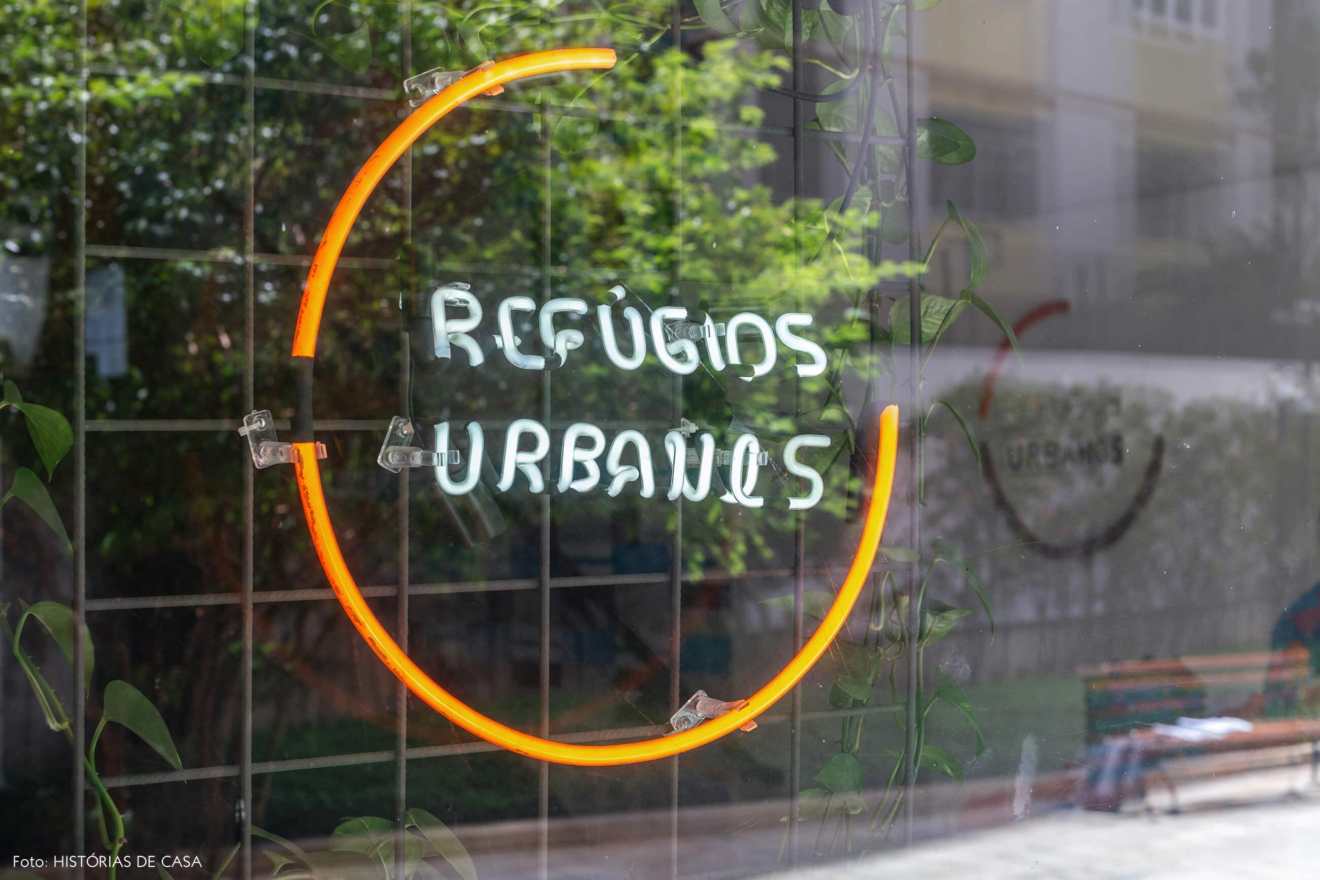 Novo escritório da imobiliária Refúgios Urbanos, luminária neon