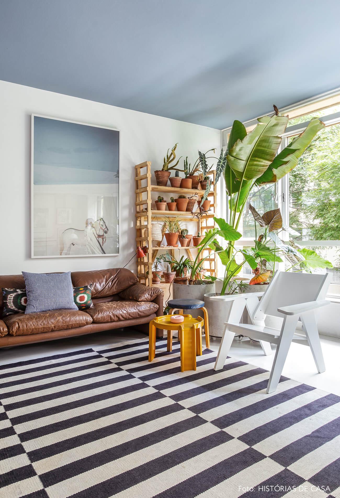 Apartamento do Maurício Arruda, sala integrada com tapete preto e branco listrado