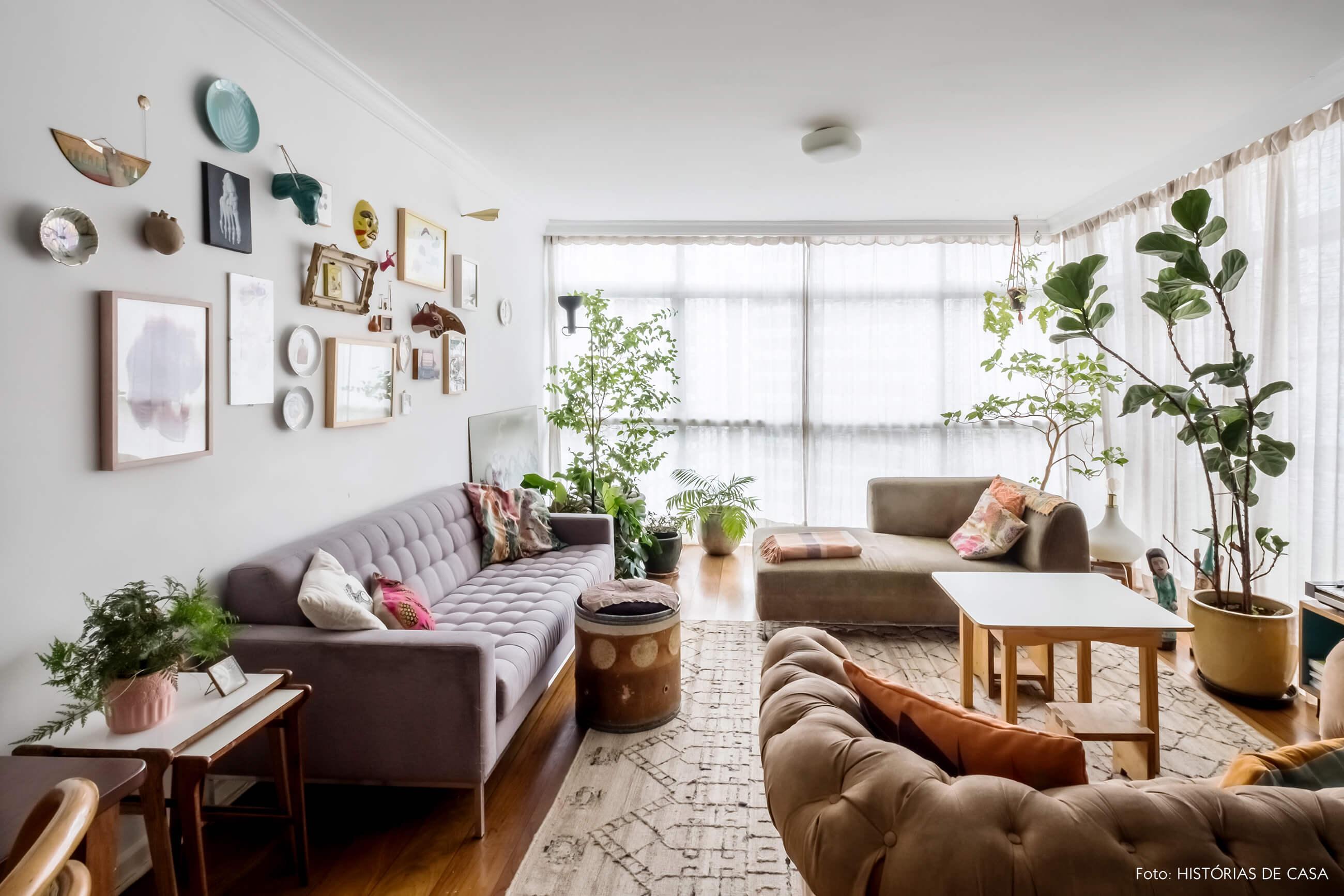 Apartamento com sala integrada e janelas do piso ao teto