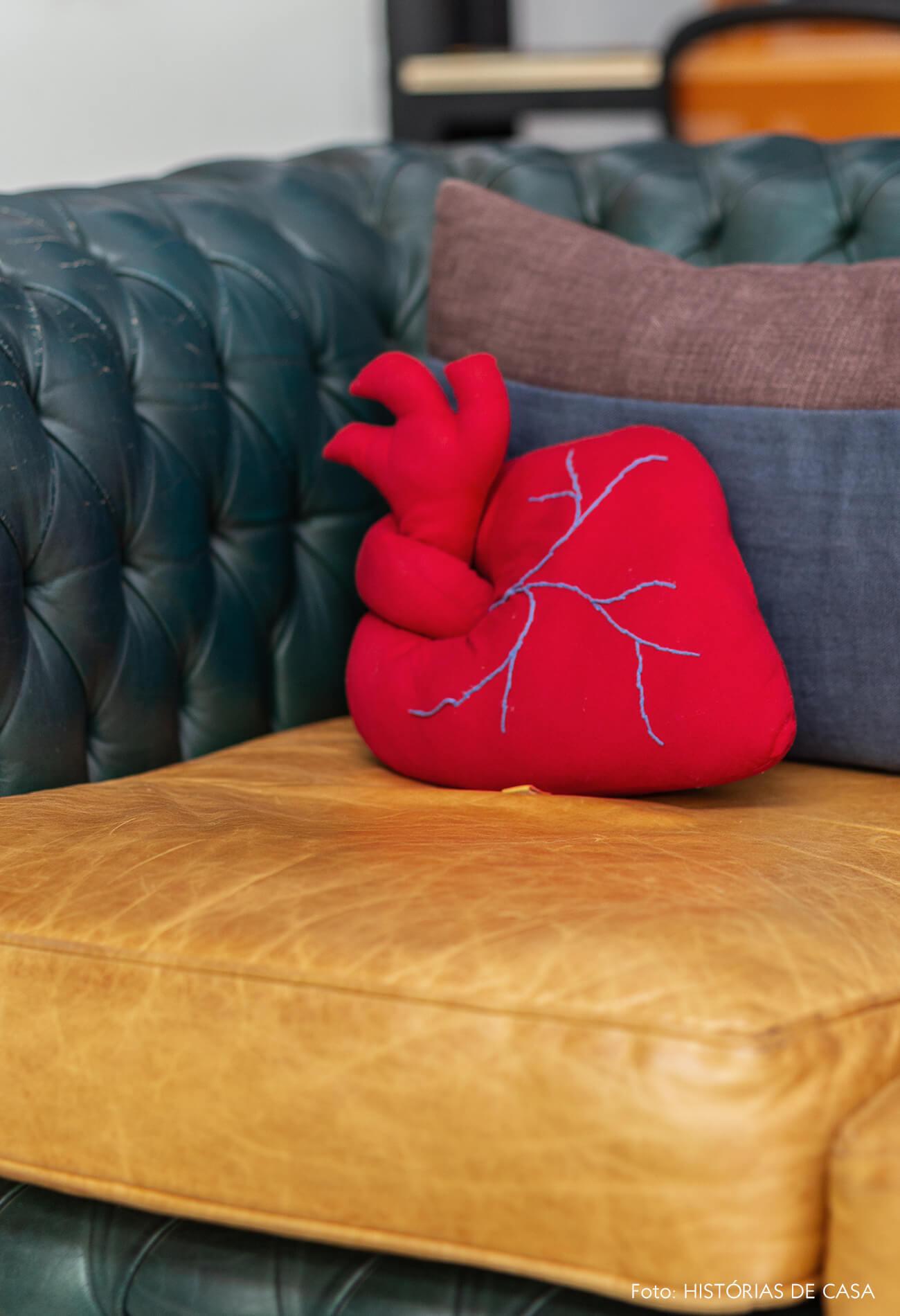 Sofá de couro vintage e almofada em formato de coração