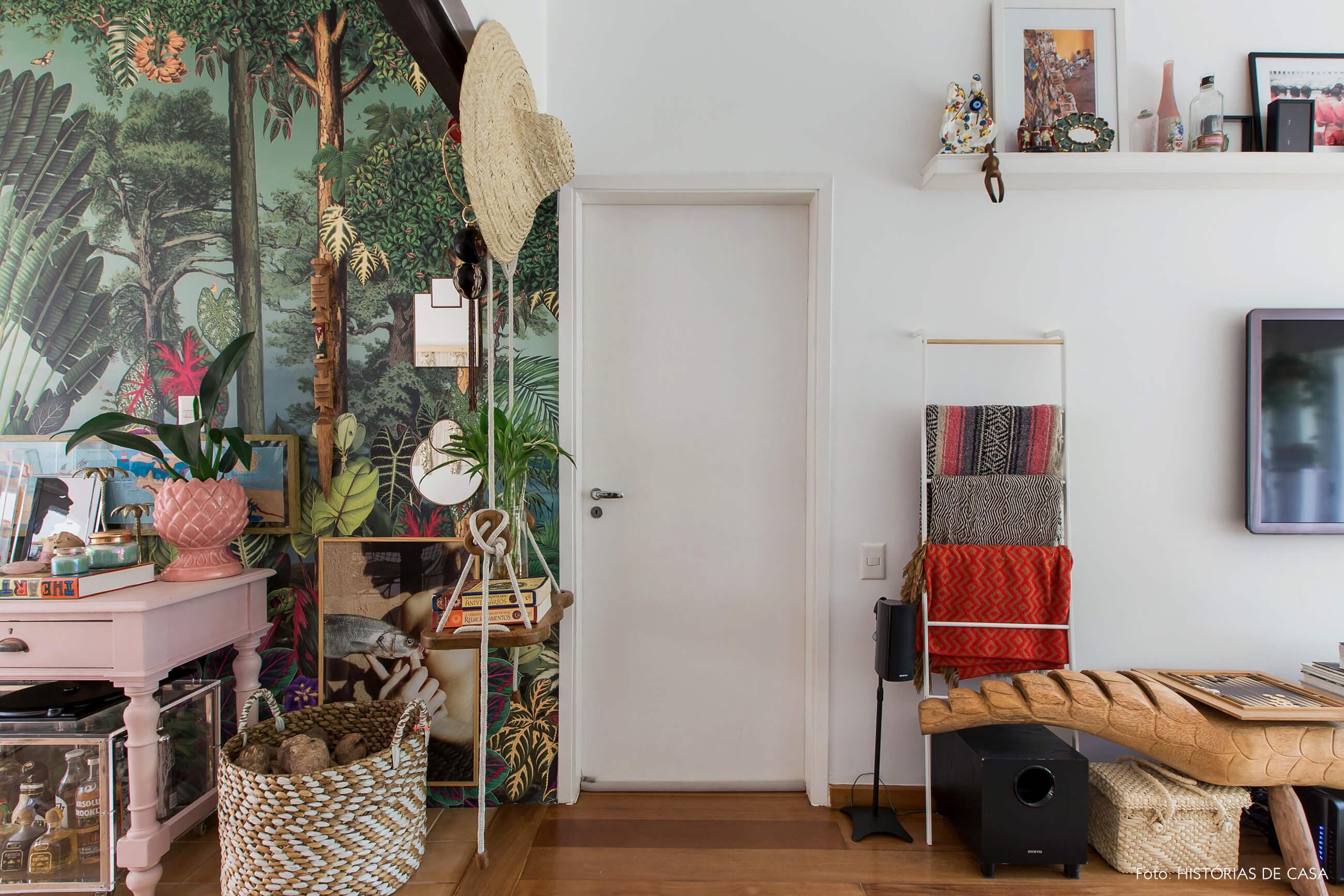 Casa com decoração eclética, papel de parede de folhagem