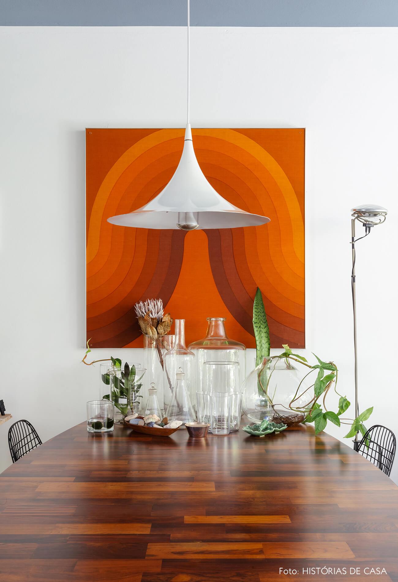 Apartamento do Maurício Arruda, sala de jantar com mesa vintage e frascos de vidro