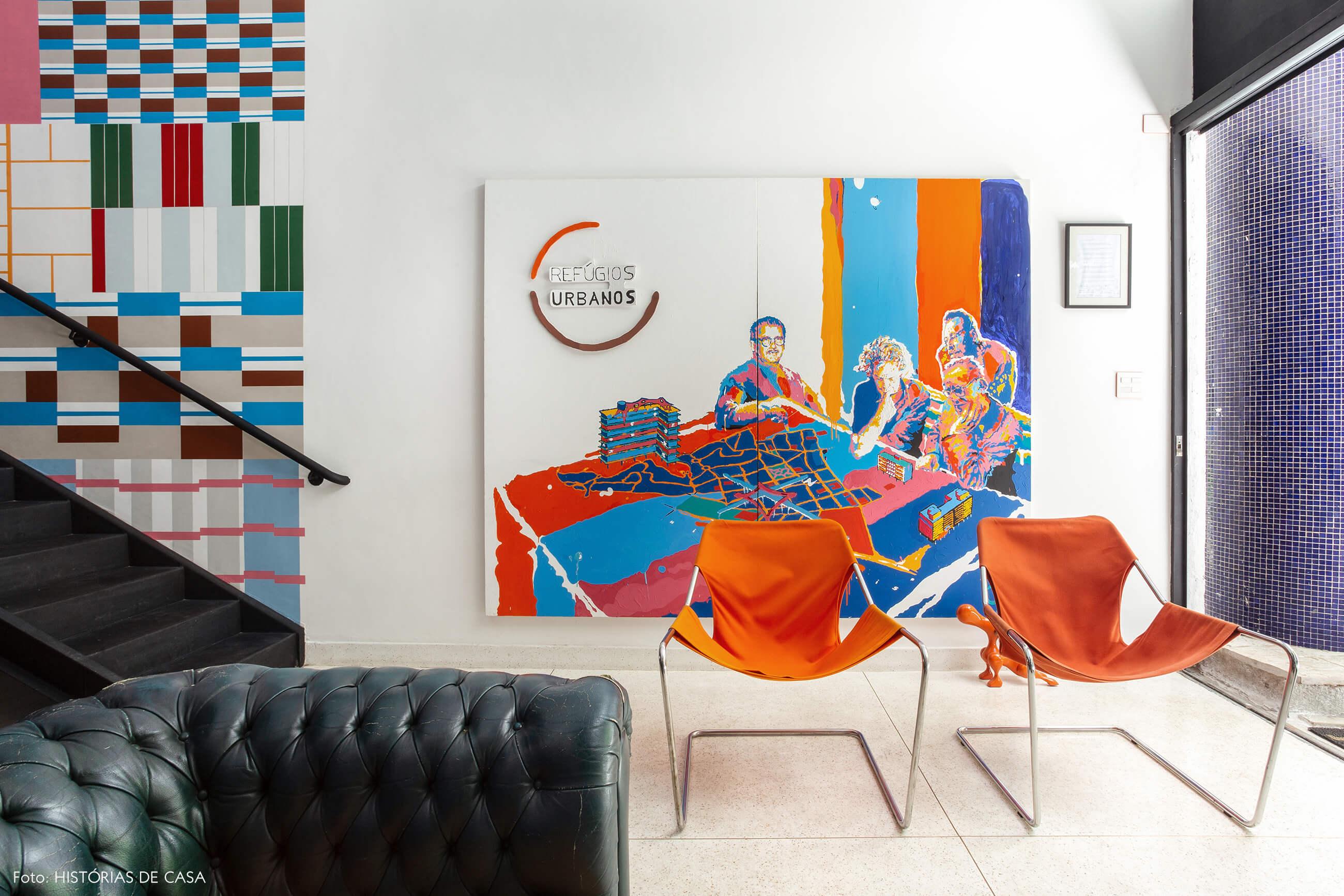 Escritório com poltronas Paulistano coloridas
