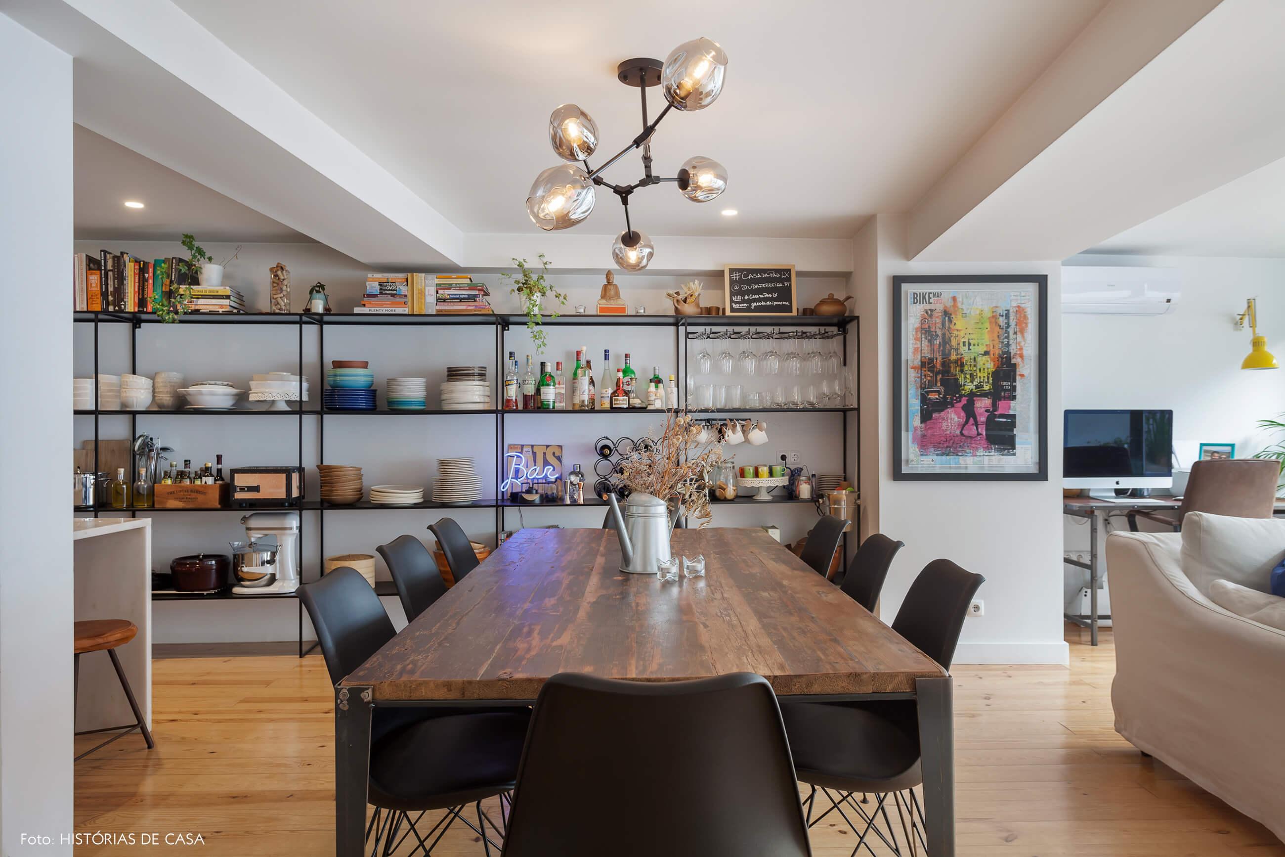 Apartamento em Lisboa com cozinha integrada e estante de estilo industrial
