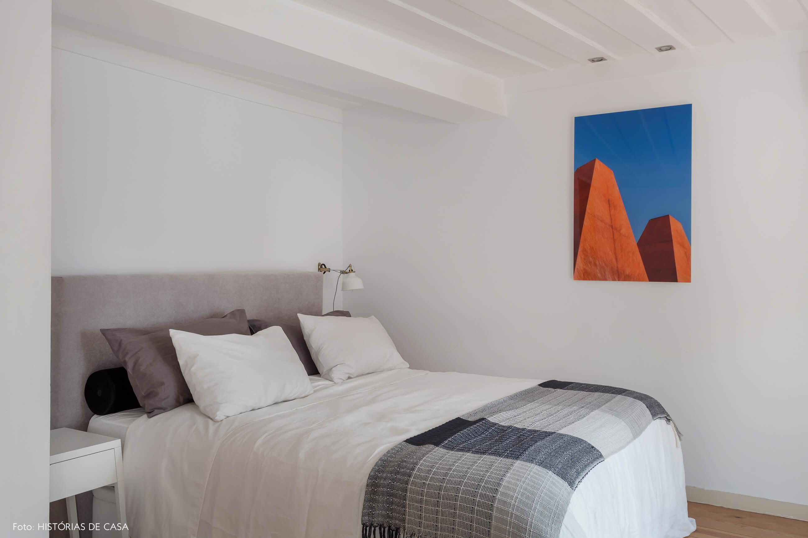 Apartamento em Lisboa com quarto branco e detalhe no teto
