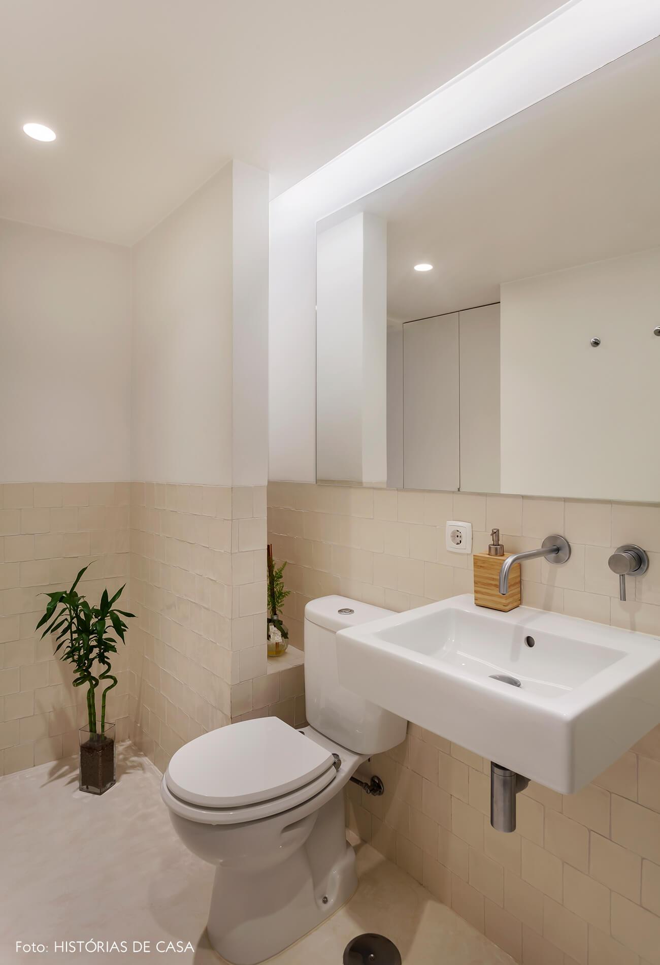 Banheiro com azulejos bege