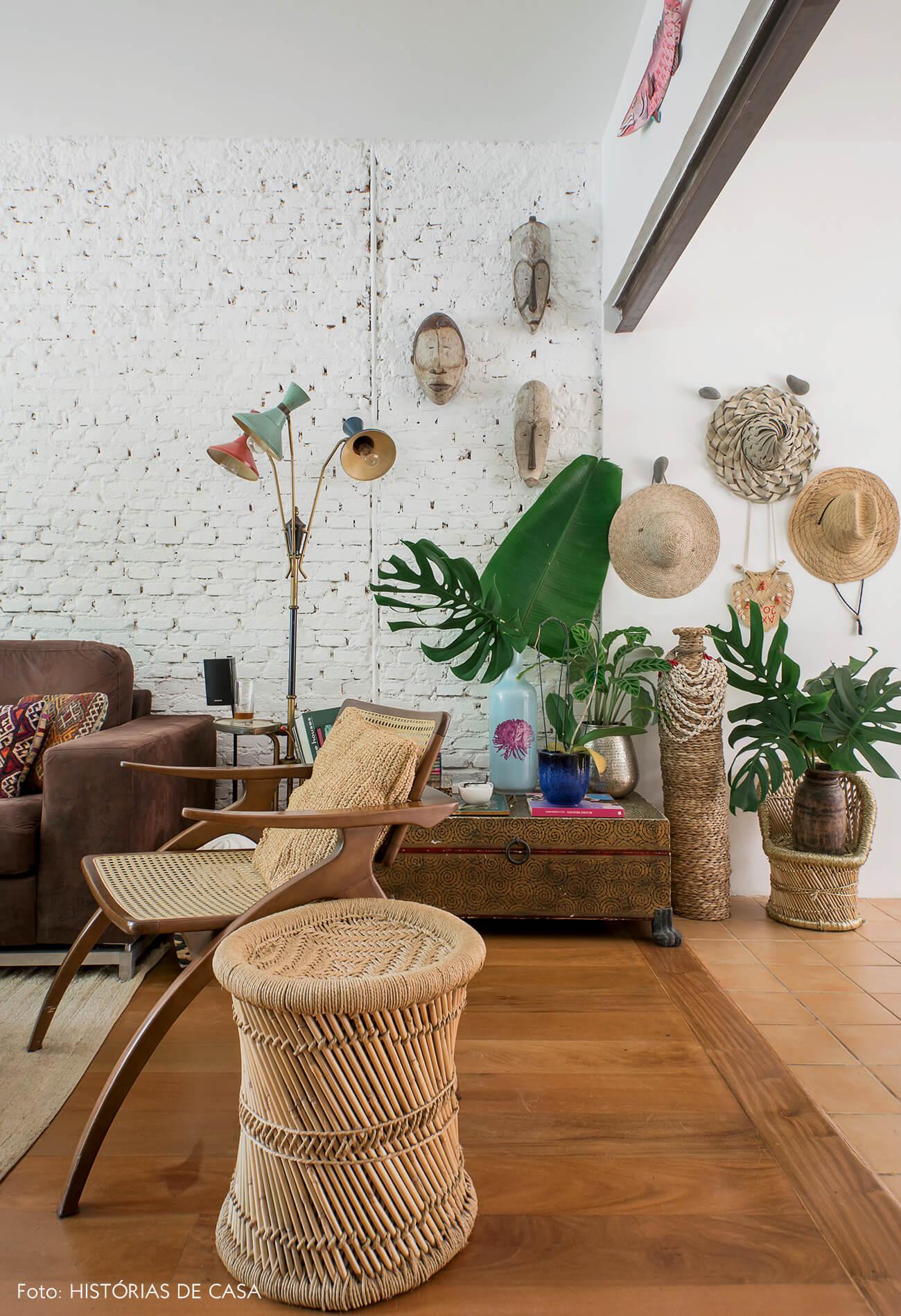 Casa com decoração eclética, texturas naturais, cestos e chapéus