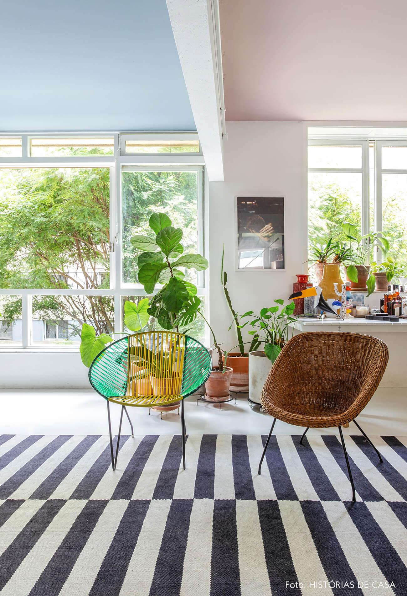 Apartamento do Maurício Arruda, sala com tetos coloridos e plantas